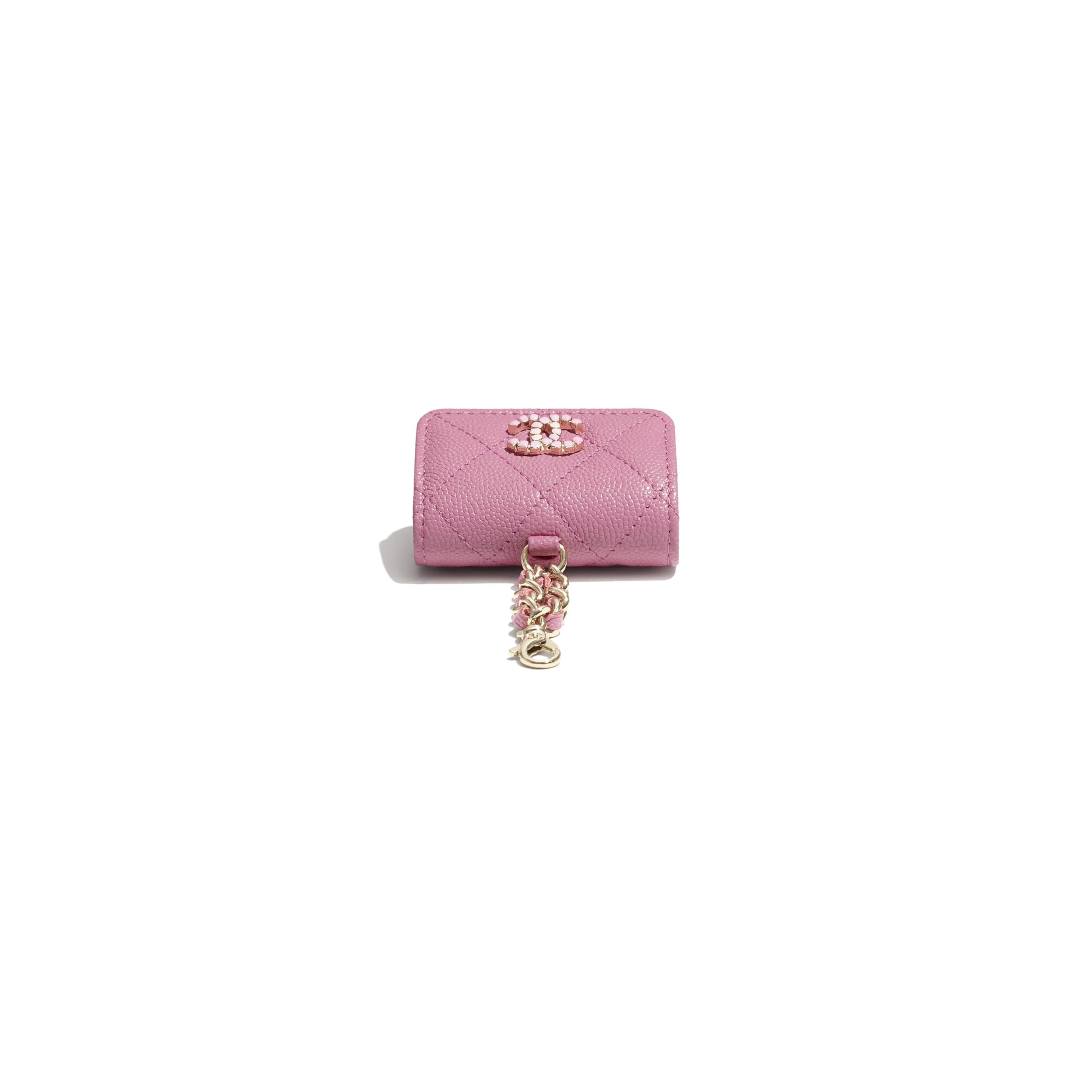 Etui na słuchawki AirPods Pro  - Kolor różowy - Skóra cielęca o ziarnistej fakturze i lakierowany metal w tonacji złotej  - CHANEL - Dodatkowy widok – zobacz w standardowym rozmiarze
