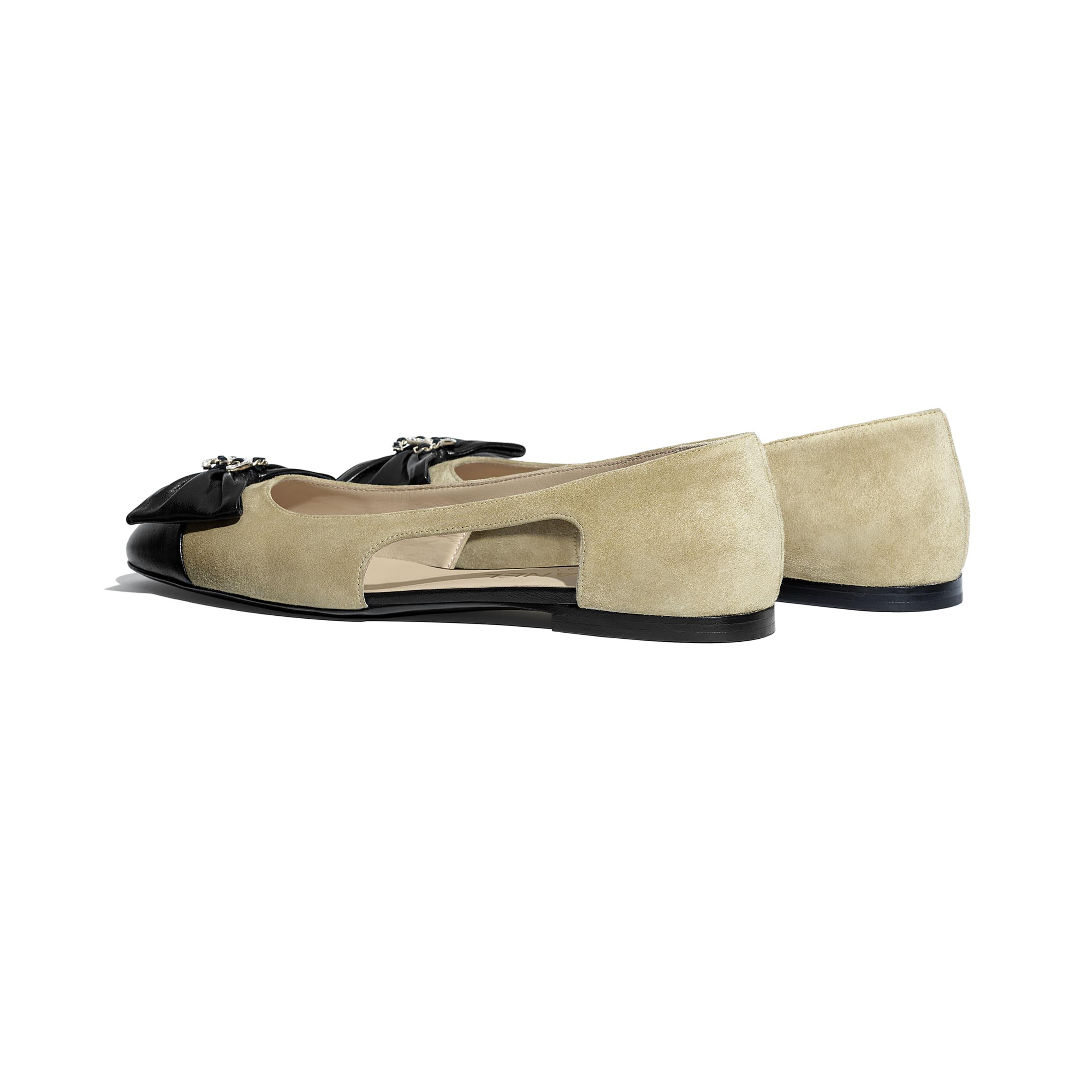 芭蕾舞鞋 - 米與黑 - 小牛麂皮與小羊皮 - CHANEL - 其他視圖 - 查看標準尺寸版本