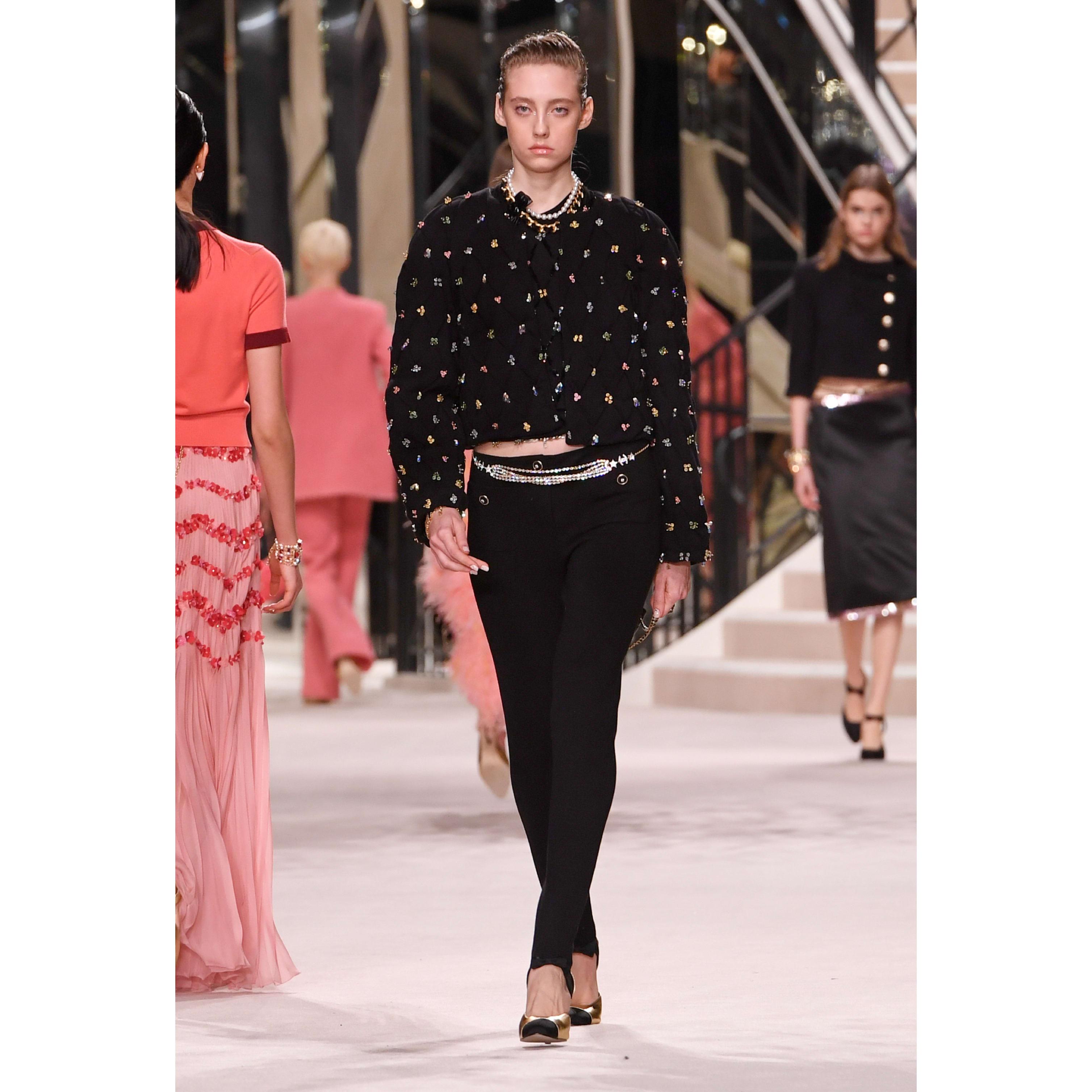 เสื้อแจ็คเก็ตตัวสั้น - สีดำ - ผ้าขนสัตว์ปักประดับ - CHANEL - มุมมองปัจจุบัน - ดูเวอร์ชันขนาดมาตรฐาน
