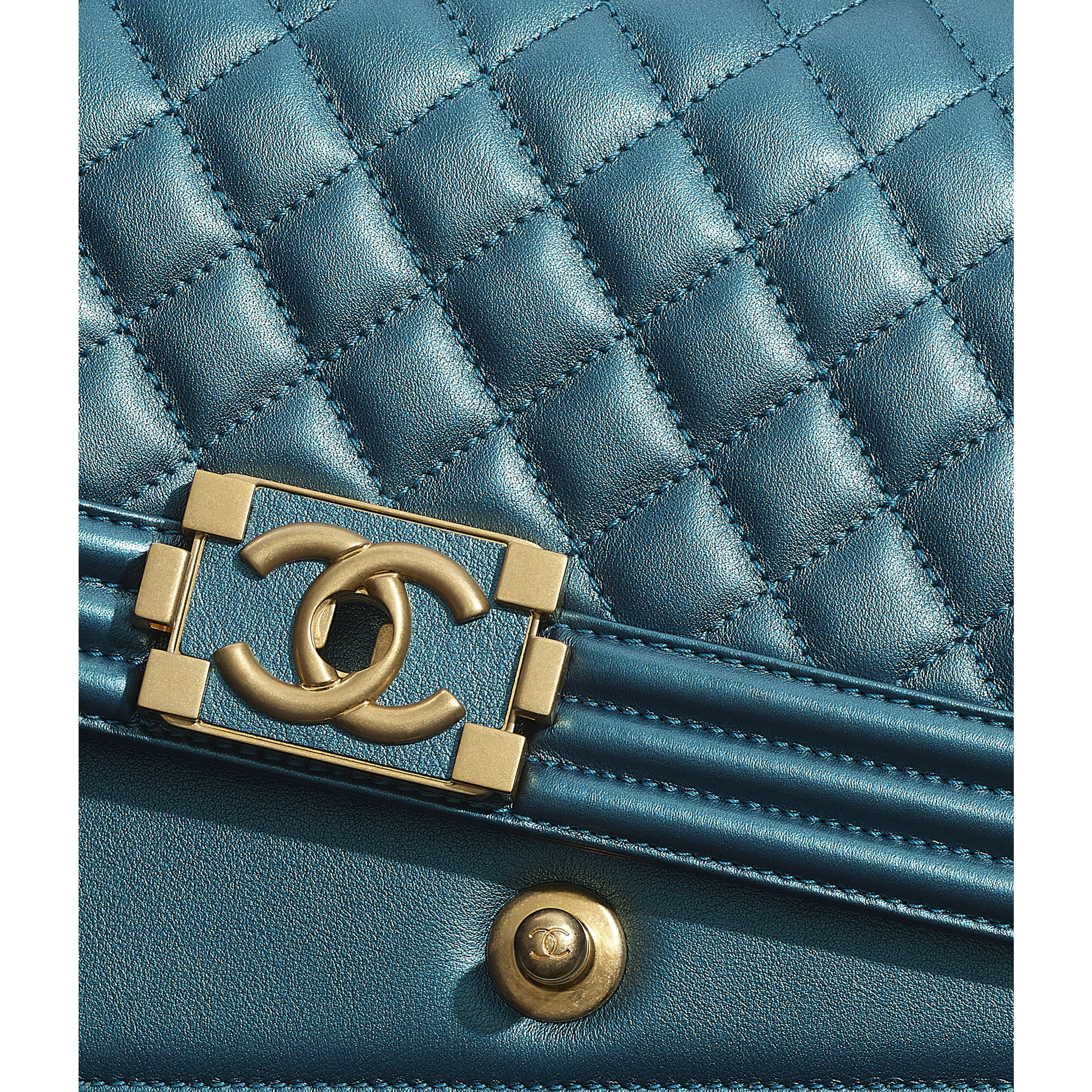 Sac BOY CHANEL - Bleu marine & blanc - Veau métallisé & métal doré - CHANEL - Vue supplémentaire - voir la version taille standard