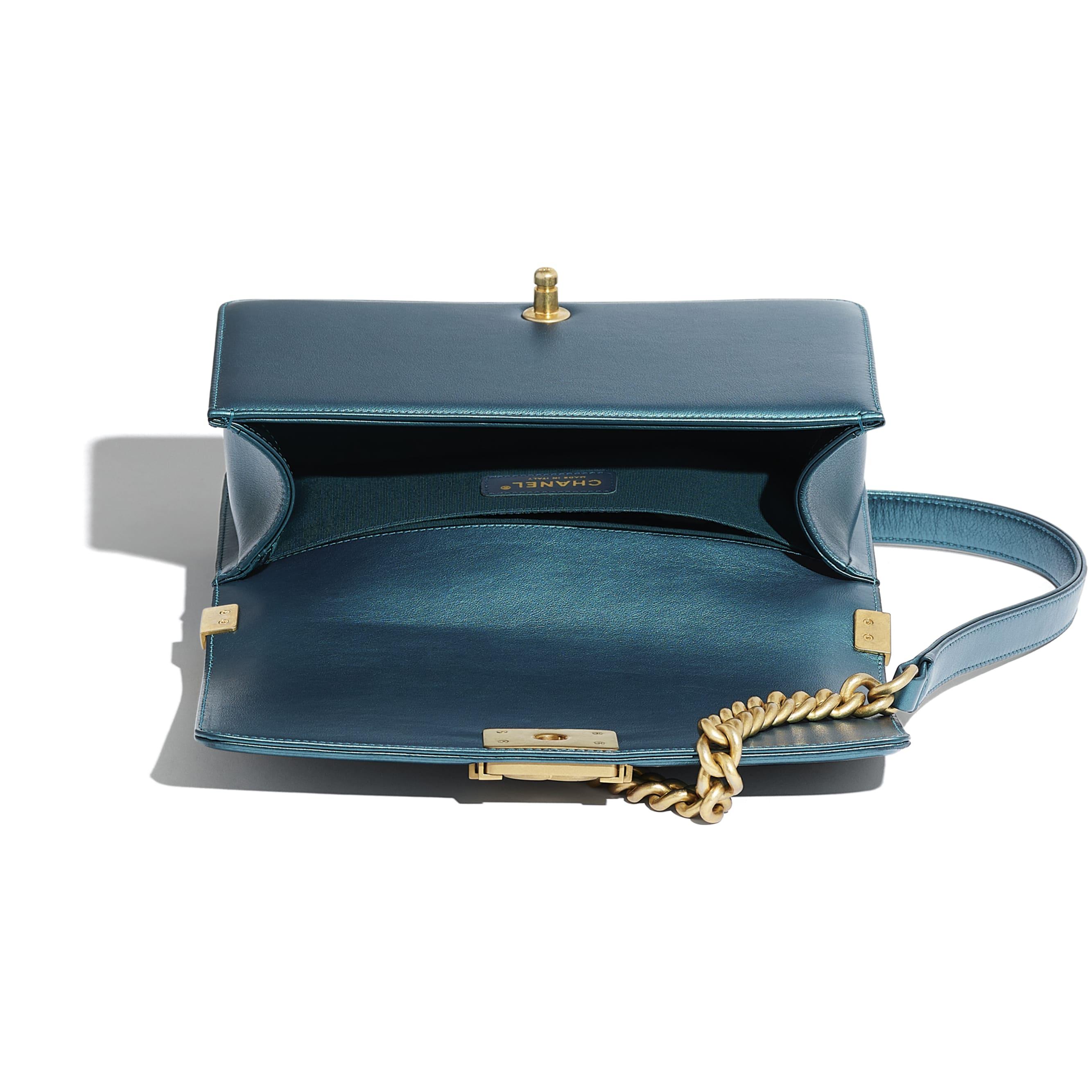 Sac BOY CHANEL - Bleu marine & blanc - Veau métallisé & métal doré - CHANEL - Autre vue - voir la version taille standard