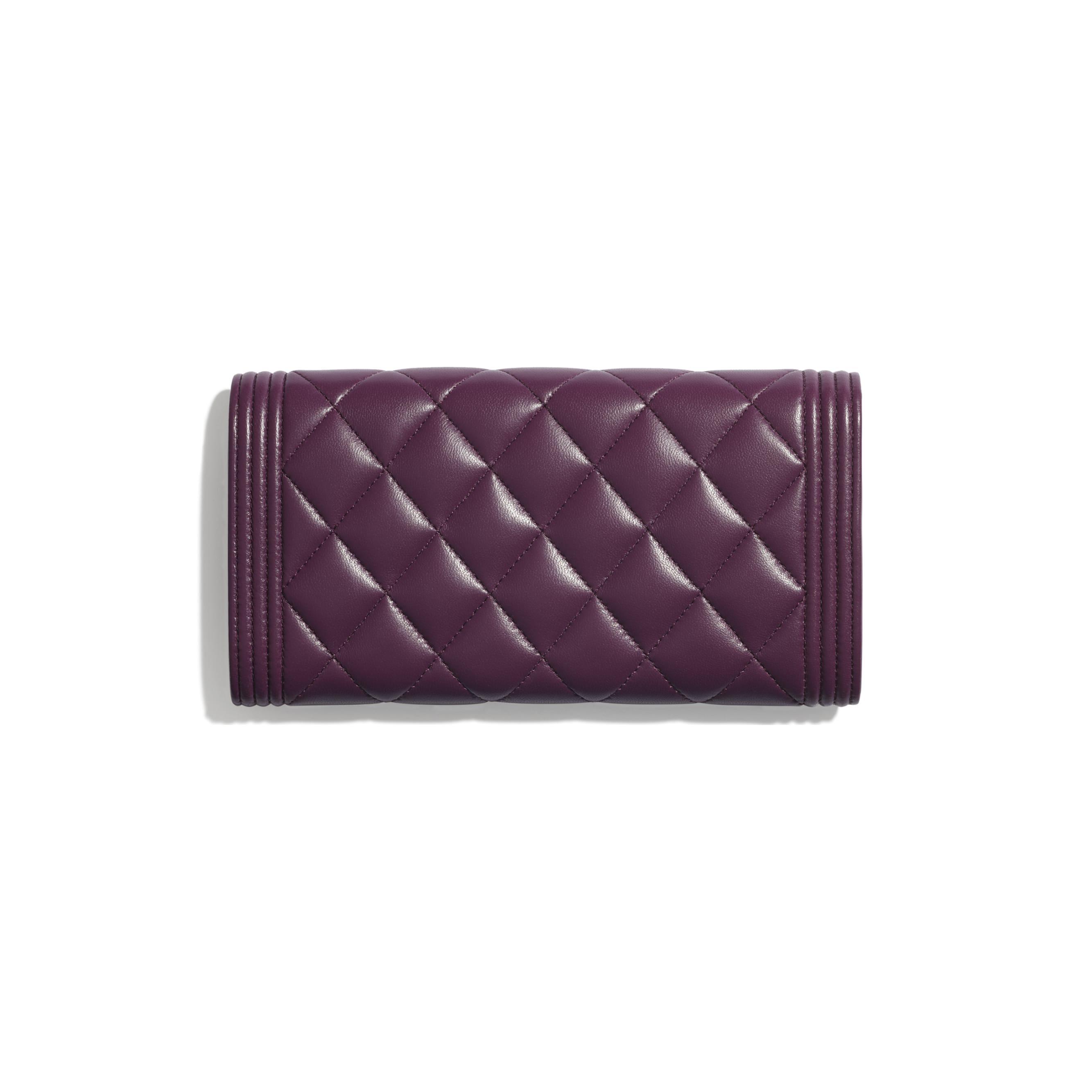 Długi portfel BOY CHANEL z klapką - Kolor fioletowy - Skóra jagnięca i metal w tonacji złotej - CHANEL - Widok alternatywny – zobacz w standardowym rozmiarze