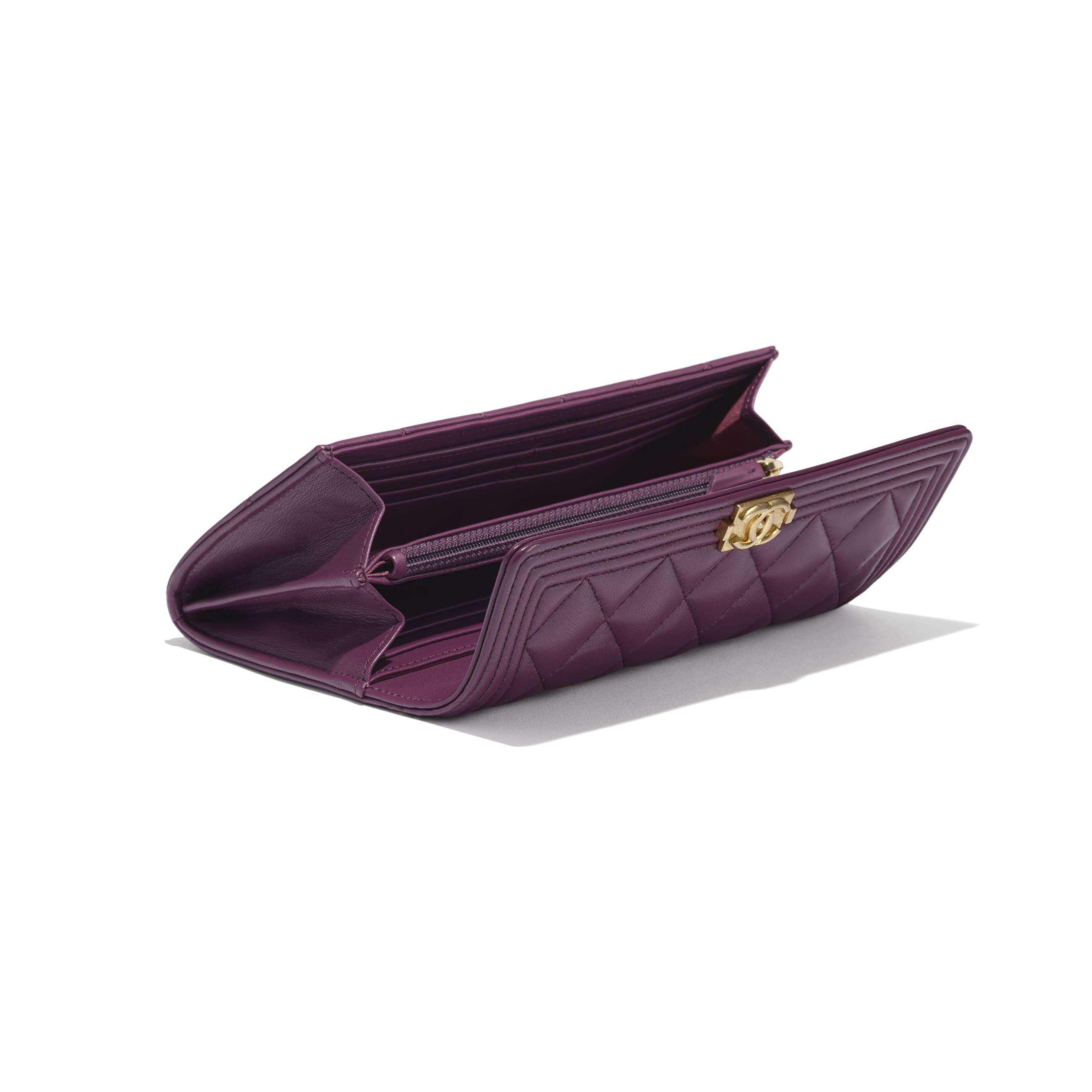Długi portfel BOY CHANEL z klapką - Kolor fioletowy - Skóra jagnięca i metal w tonacji złotej - CHANEL - Dodatkowy widok – zobacz w standardowym rozmiarze