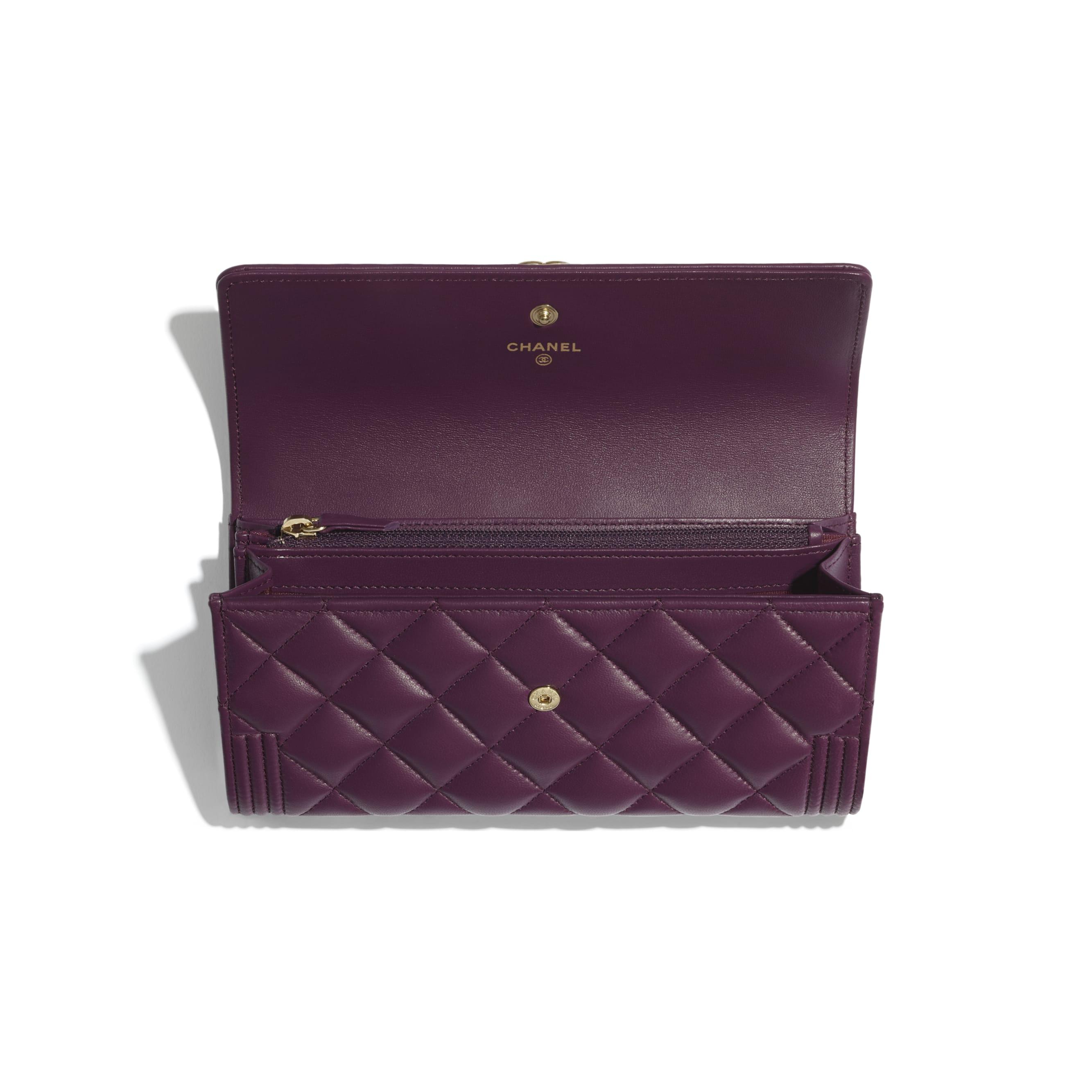 Długi portfel BOY CHANEL z klapką - Kolor fioletowy - Skóra jagnięca i metal w tonacji złotej - CHANEL - Inny widok – zobacz w standardowym rozmiarze