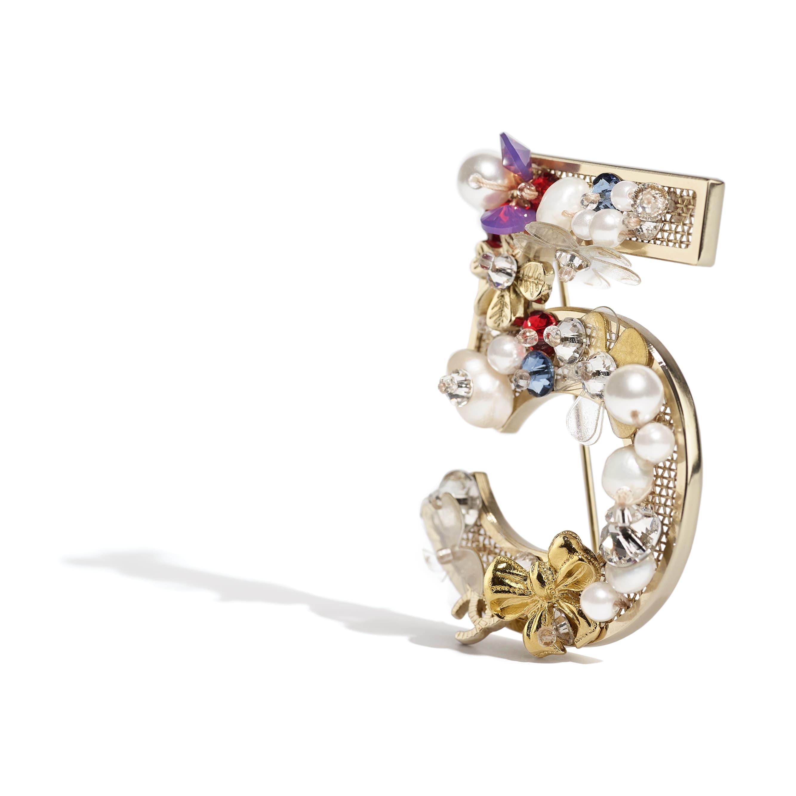 Broche - Dorado, blanco nacarado, cristal, rojo, azul y violeta - Metal, perlas cultivadas de agua dulce, perlas de cristal y resina - CHANEL - Vista alternativa - ver la versión tamaño estándar