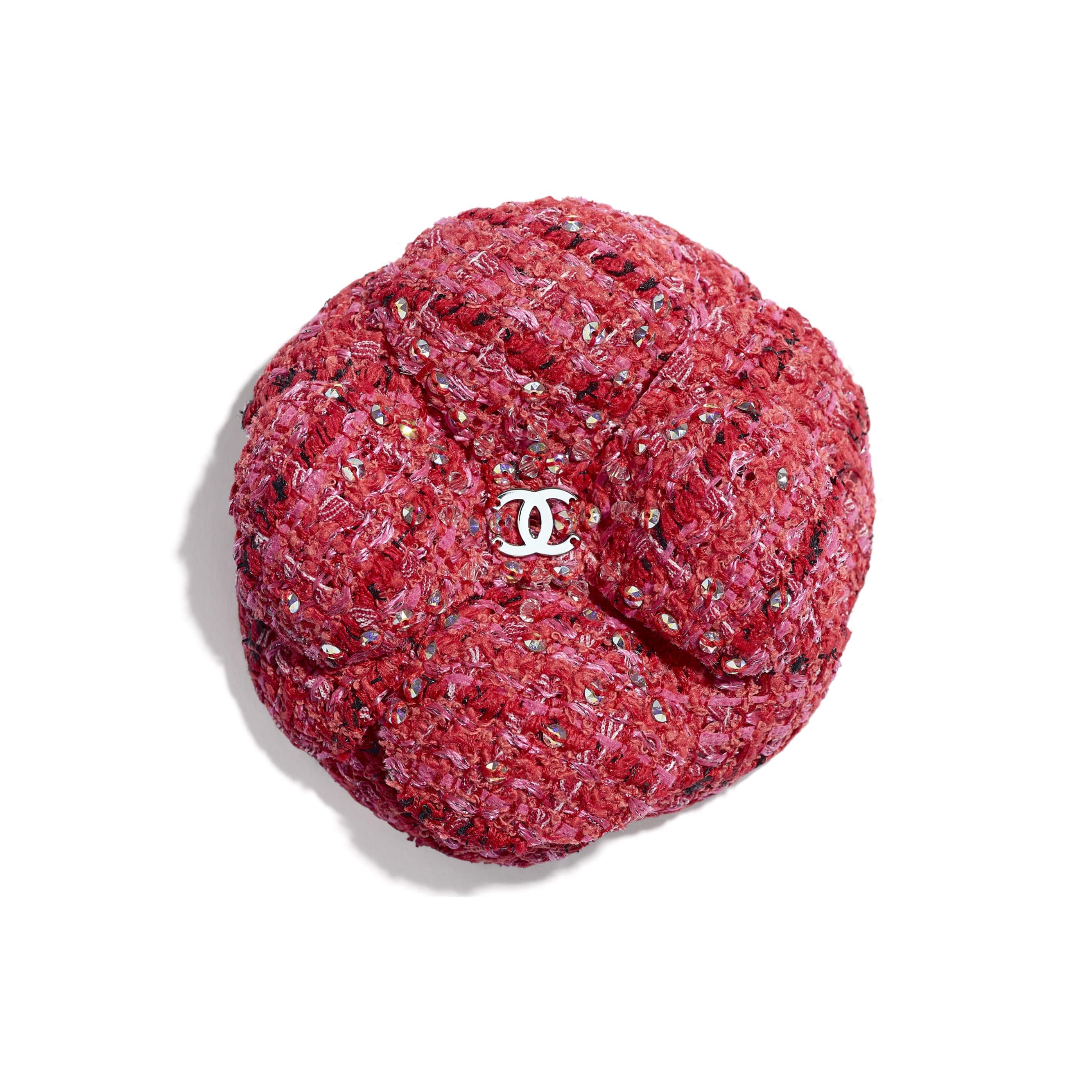 ดอกคามิลเลีย - สีแดง, สีน้ำตาลอ่อน และสีดำ - ผ้าทวีตและคริสตัล - มุมมองปัจจุบัน - ดูเวอร์ชันขนาดมาตรฐาน