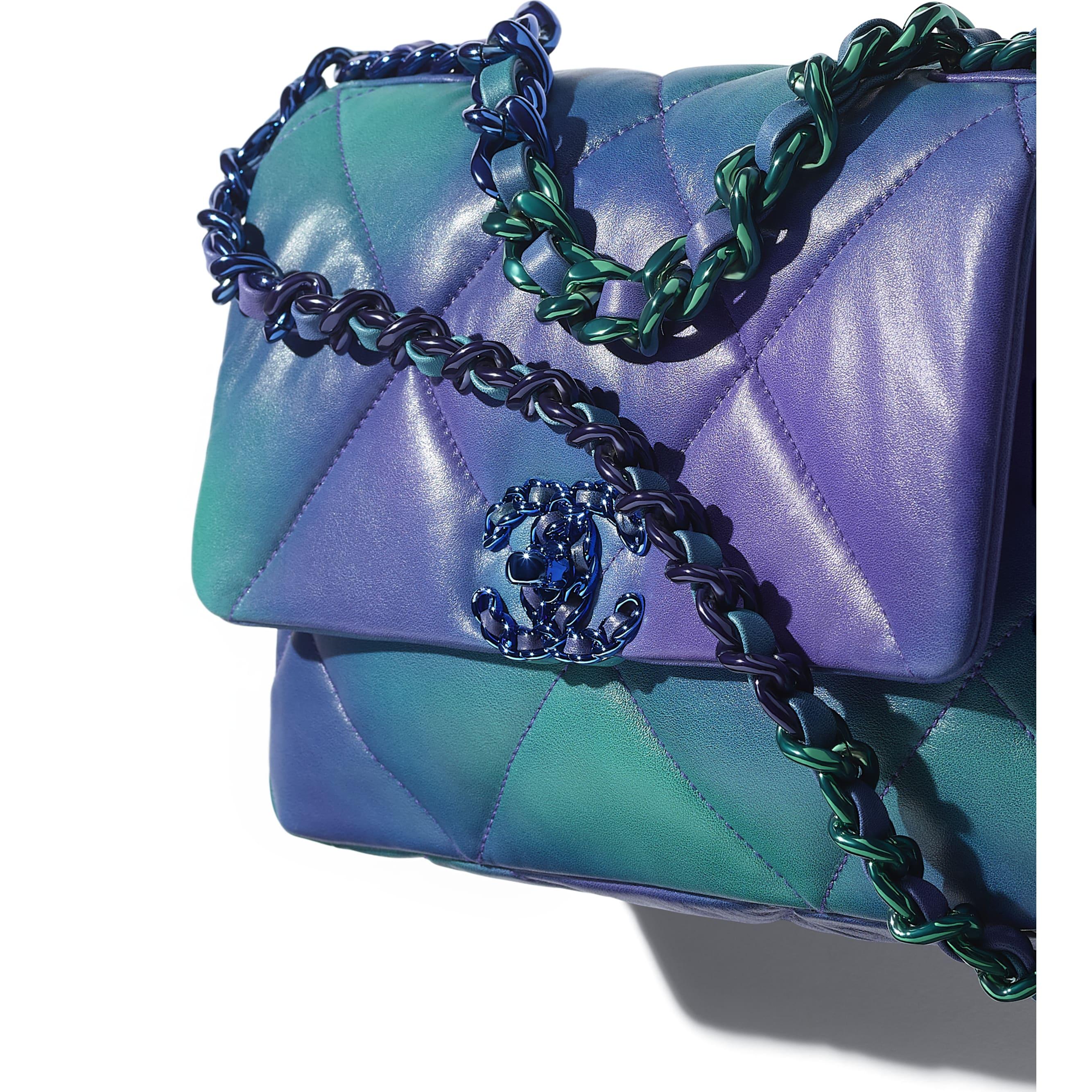 Sac à rabat CHANEL 19 - Bleu et violet - Veau tie and dye & métal laqué - CHANEL - Vue supplémentaire - voir la version taille standard