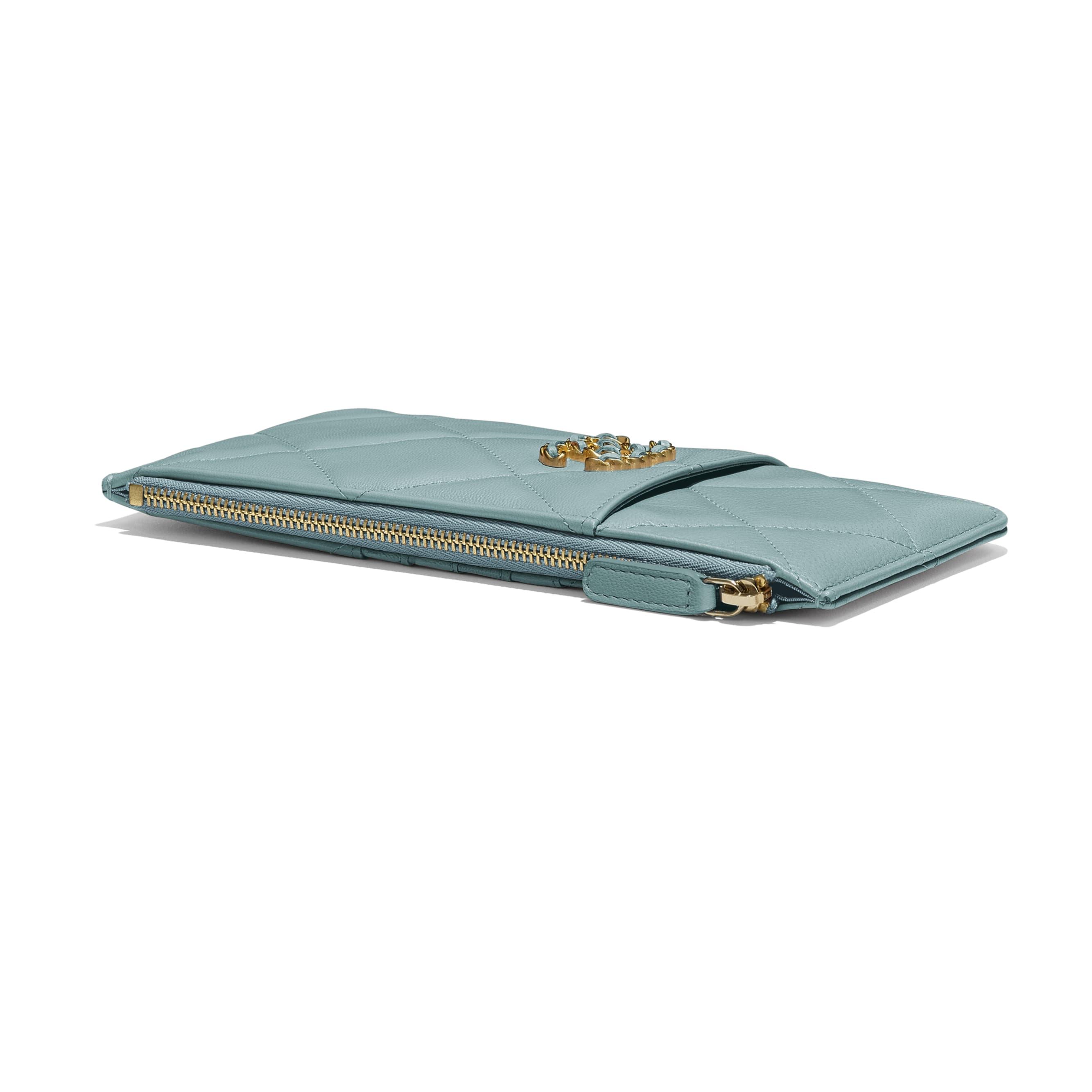 กระเป๋าใส่โทรศัพท์มือถือและบัตร CHANEL 19 - สีฟ้า - หนังแพะเคลือบเงา สีทอง สีเงิน และโลหะเคลือบรูทีเนียม - มุมมองพิเศษ - ดูเวอร์ชันขนาดมาตรฐาน