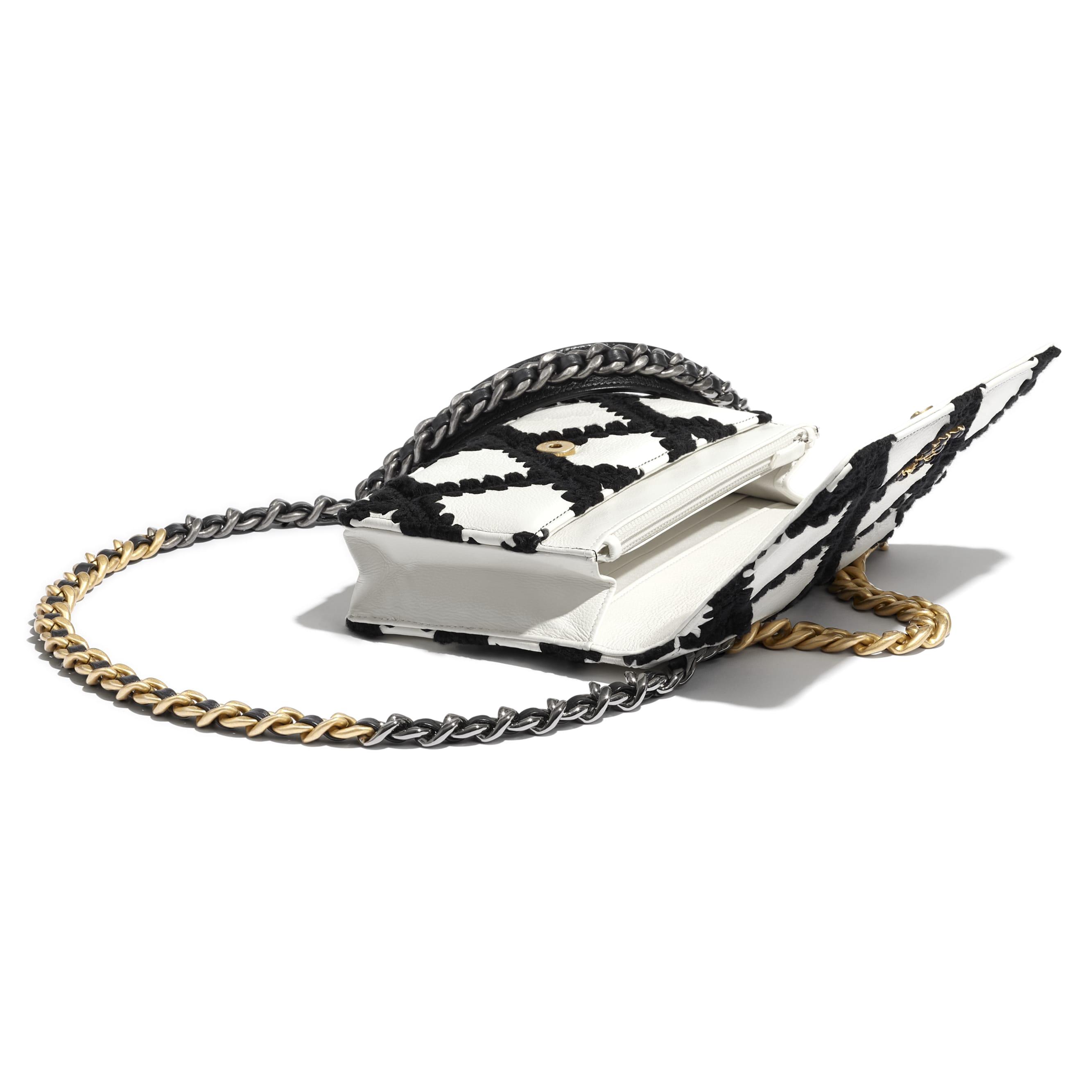 Brieftasche mit Kette CHANEL 19 - Weiß & Schwarz - Kalbsleder, Häkelstoff, goldfarbenes Metall, silberfarbenes Metall & Metall mit Ruthenium-Finish - CHANEL - Extra-Ansicht - Standardgröße anzeigen