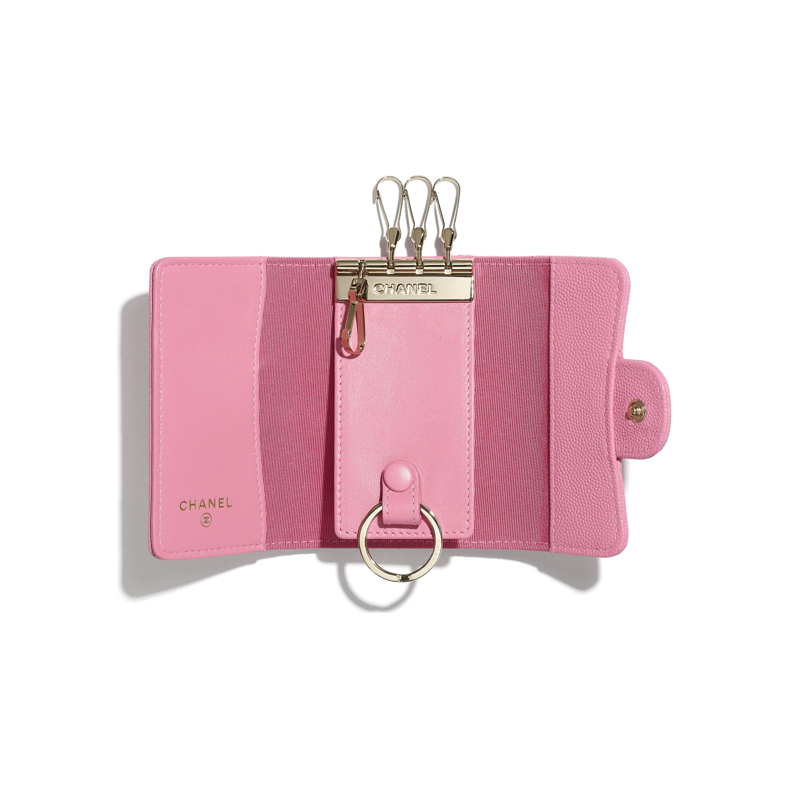 Klassisches Schlüsseletui mit Patte - Rosa - Genarbtes Kalbsleder & goldfarbenes Metall - CHANEL - Alternative Ansicht - Standardgröße anzeigen