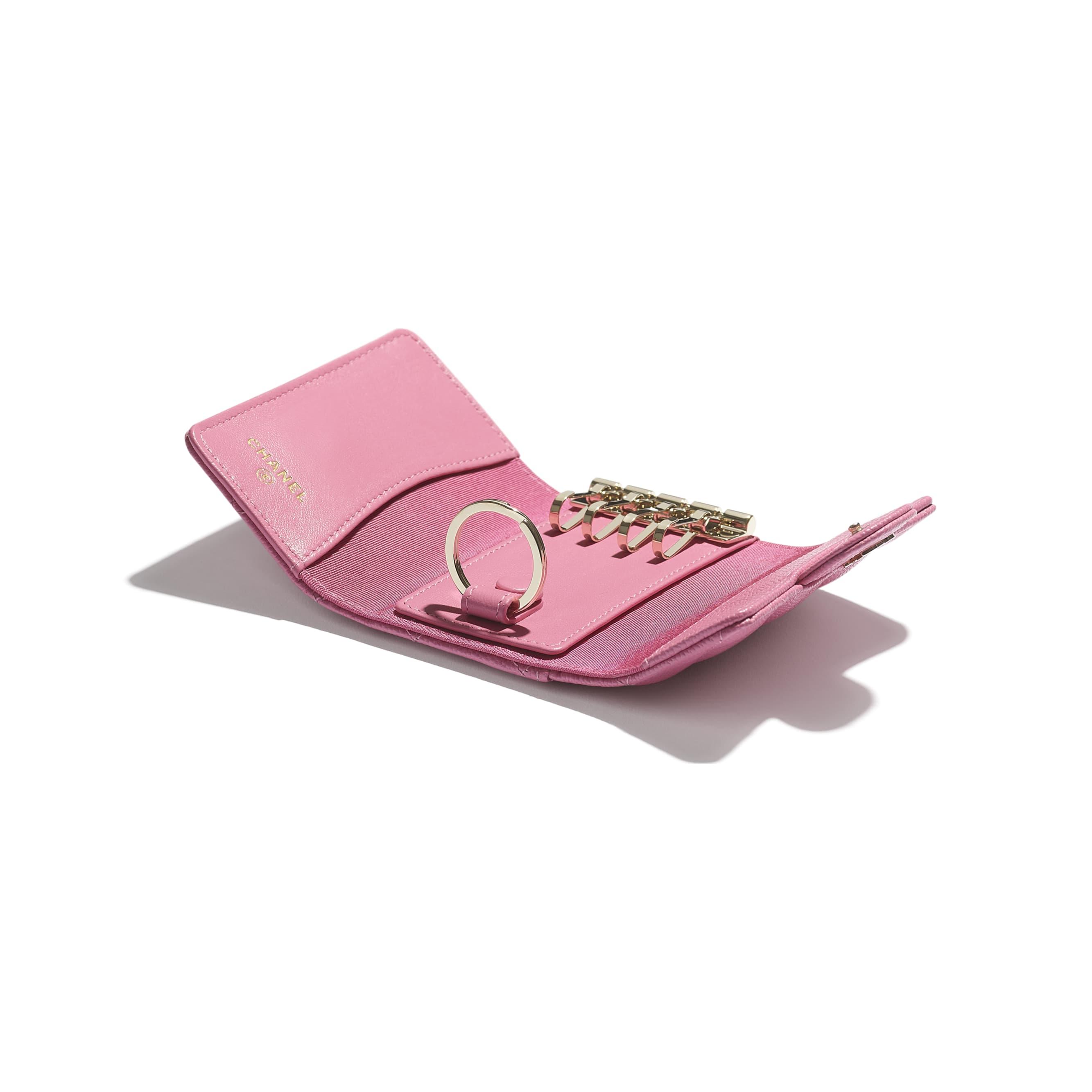 Klassisches Schlüsseletui mit Patte - Rosa - Genarbtes Kalbsleder & goldfarbenes Metall - CHANEL - Weitere Ansicht - Standardgröße anzeigen