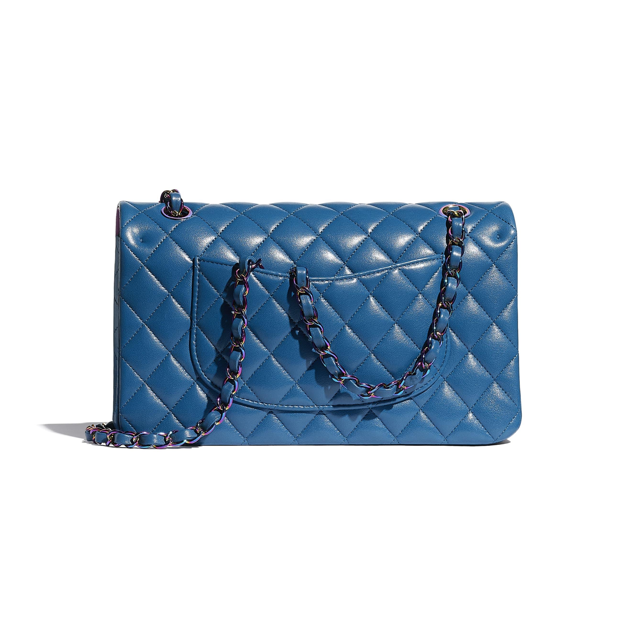 กระเป๋าสะพายคลาสสิก - สีฟ้า - หนังแกะและโลหะสีรุ้ง - CHANEL - มุมมองทางอื่น - ดูเวอร์ชันขนาดมาตรฐาน
