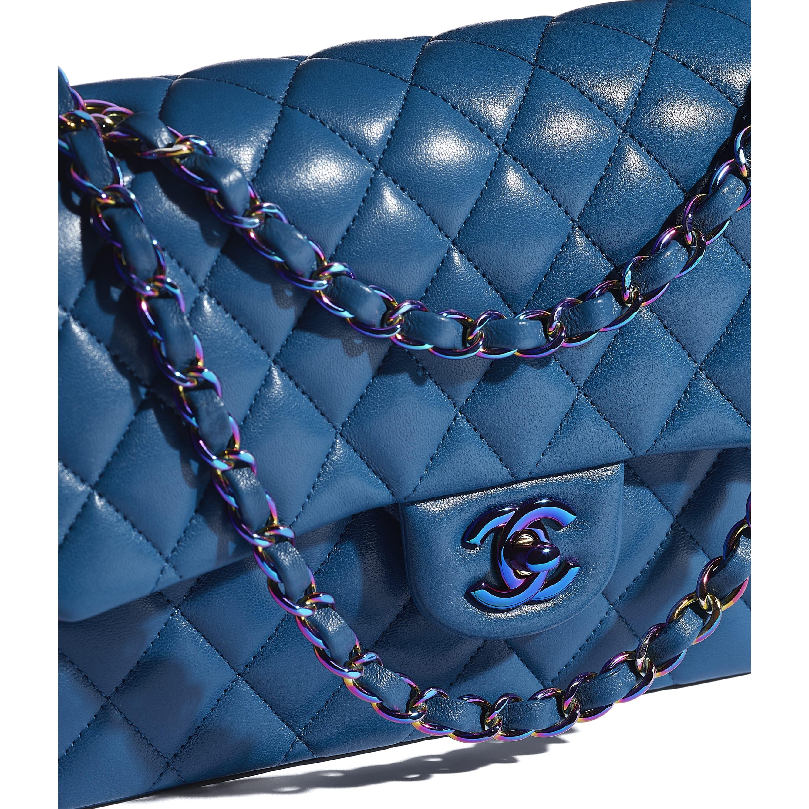 กระเป๋าสะพายคลาสสิก - สีฟ้า - หนังแกะและโลหะสีรุ้ง - CHANEL - มุมมองพิเศษ - ดูเวอร์ชันขนาดมาตรฐาน