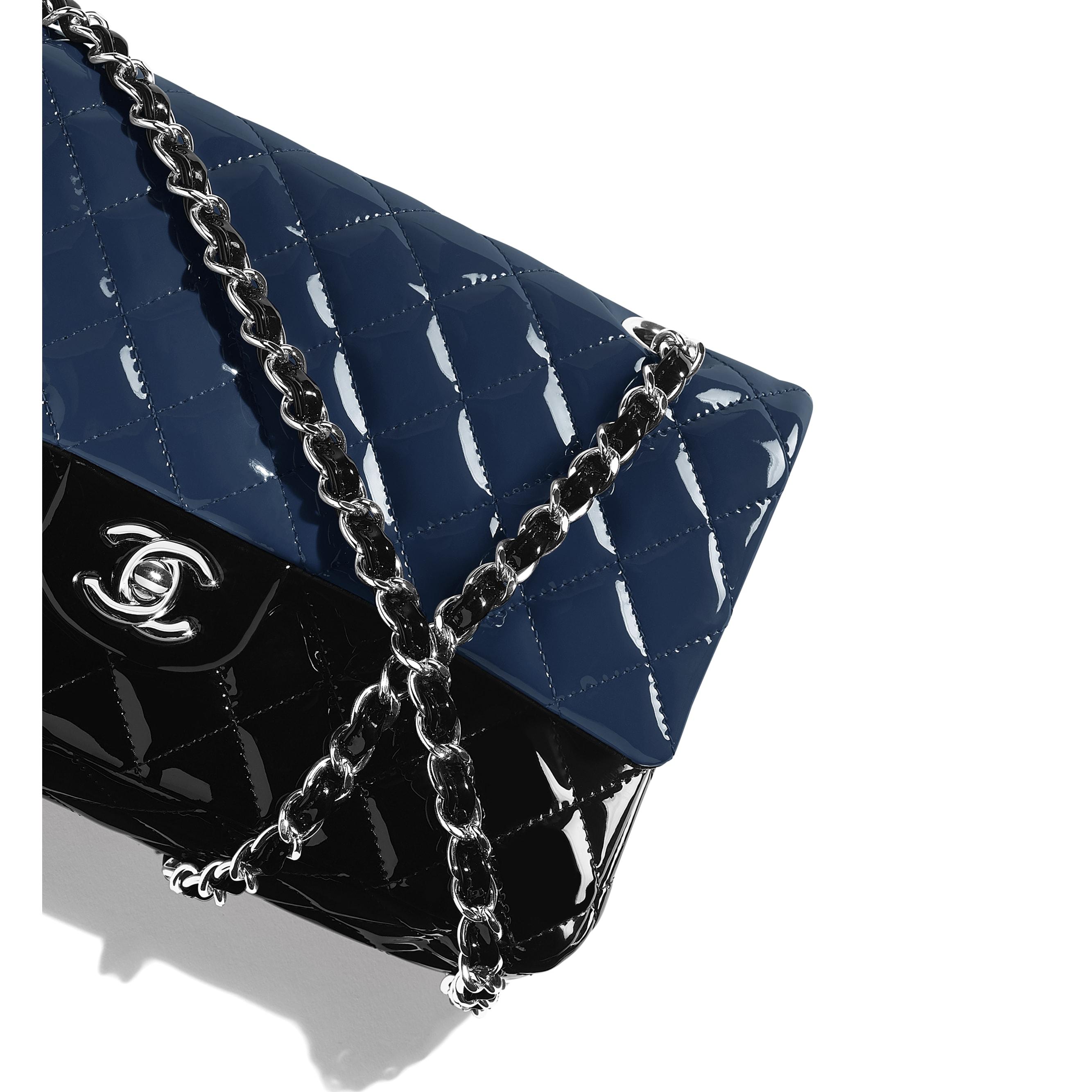 經典口蓋包 - 海軍藍與黑 - 小牛漆皮與銀色金屬 - CHANEL - 額外視圖 - 查看標準尺寸版本
