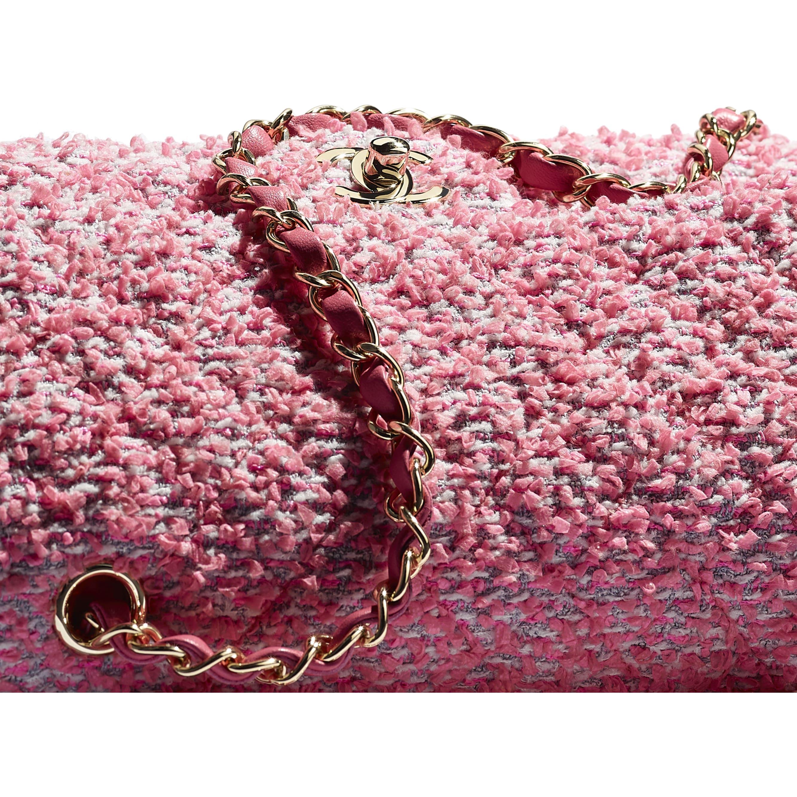 กระเป๋าสะพายคลาสสิก - สีชมพู สีขาว และสีเทา - ผ้าทวีตและโลหะสีทอง - CHANEL - มุมมองพิเศษ - ดูเวอร์ชันขนาดมาตรฐาน