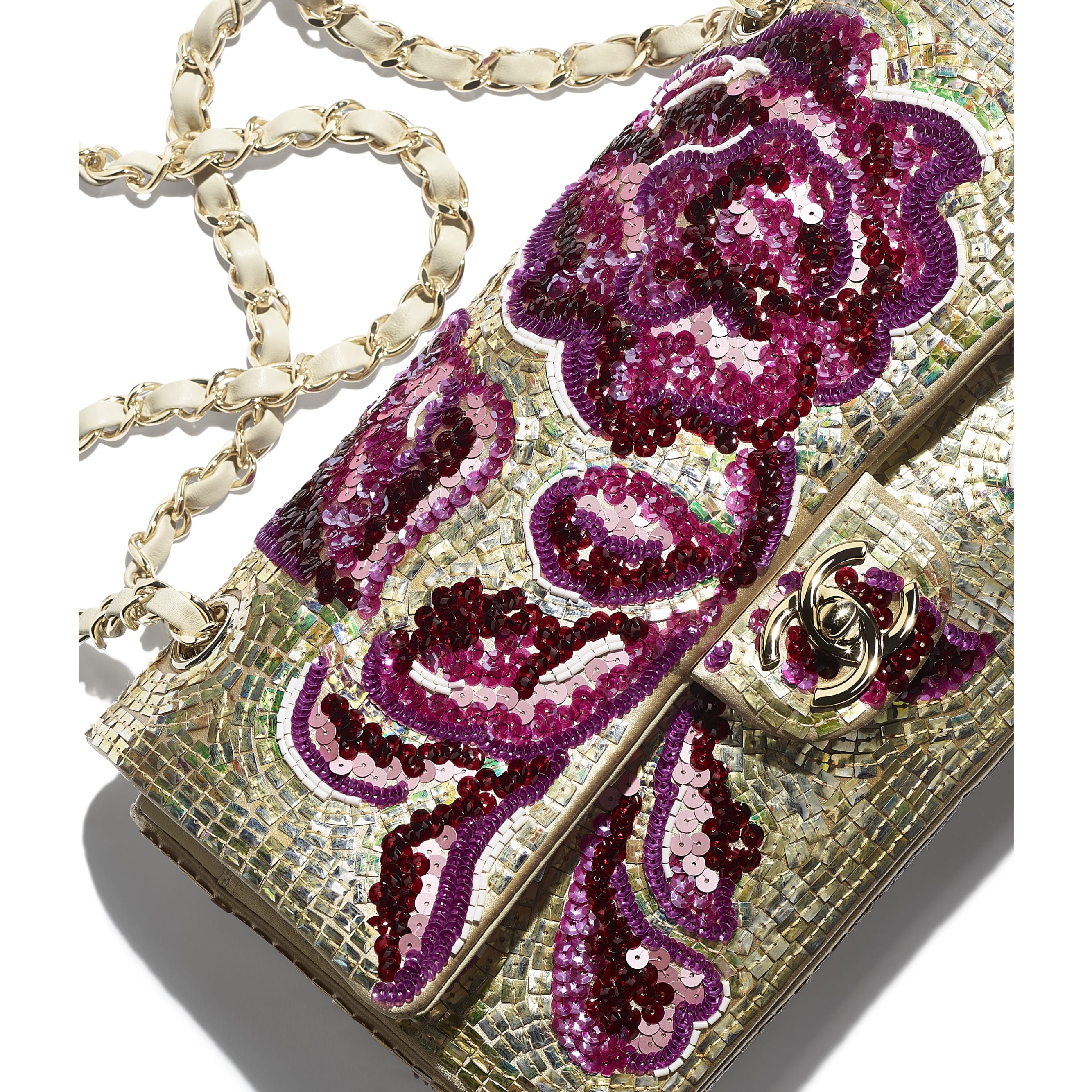 กระเป๋าสะพายคลาสสิก - สีม่วงและสีทอง - ปักเลื่อม มุกแก้ว หนังแกะ และโลหะสีทอง - CHANEL - มุมมองพิเศษ - ดูเวอร์ชันขนาดมาตรฐาน
