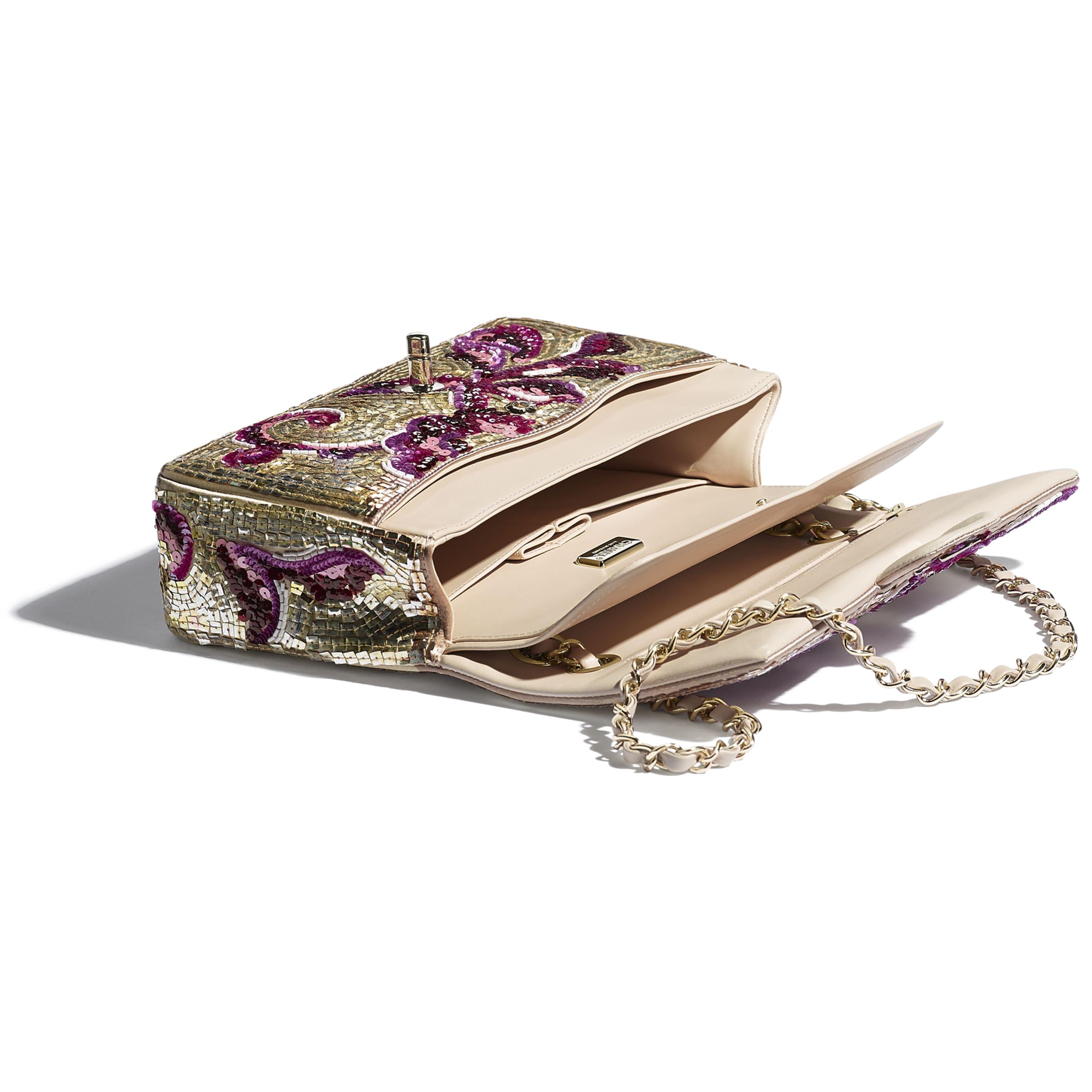 Классическая сумка-конверт - Фиолетовый и золотистый - Пайетки, стеклянный жемчуг, кожа ягненка и золотистый металл - CHANEL - Другое изображение - посмотреть изображение стандартного размера