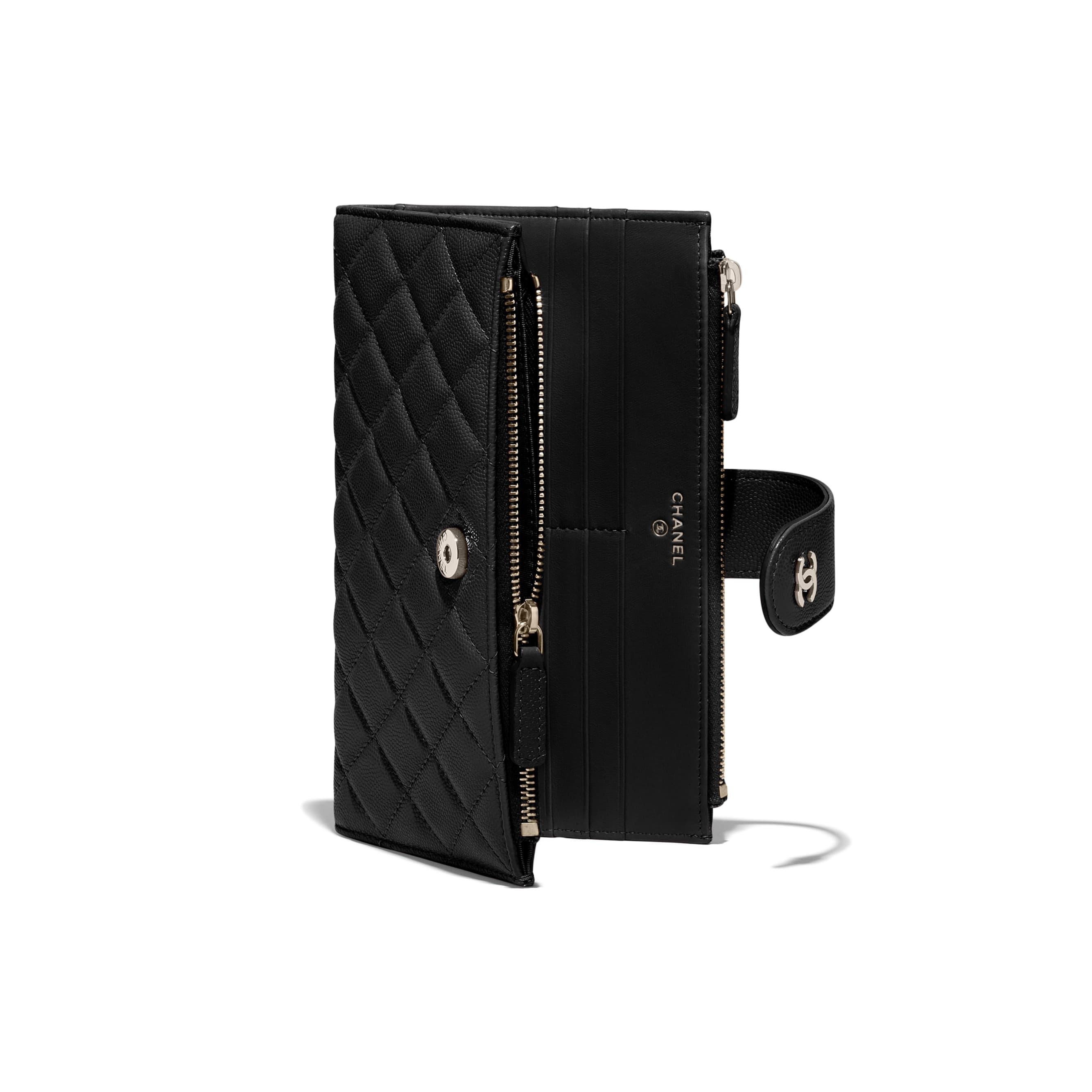 กระเป๋าสตางค์ตกแต่งซิปใบยาวทรงคลาสสิค - สีดำ - หนังลูกวัวแบบมีลายเคลือบเงา และโลหะสีทอง - CHANEL - มุมมองพิเศษ - ดูเวอร์ชันขนาดมาตรฐาน