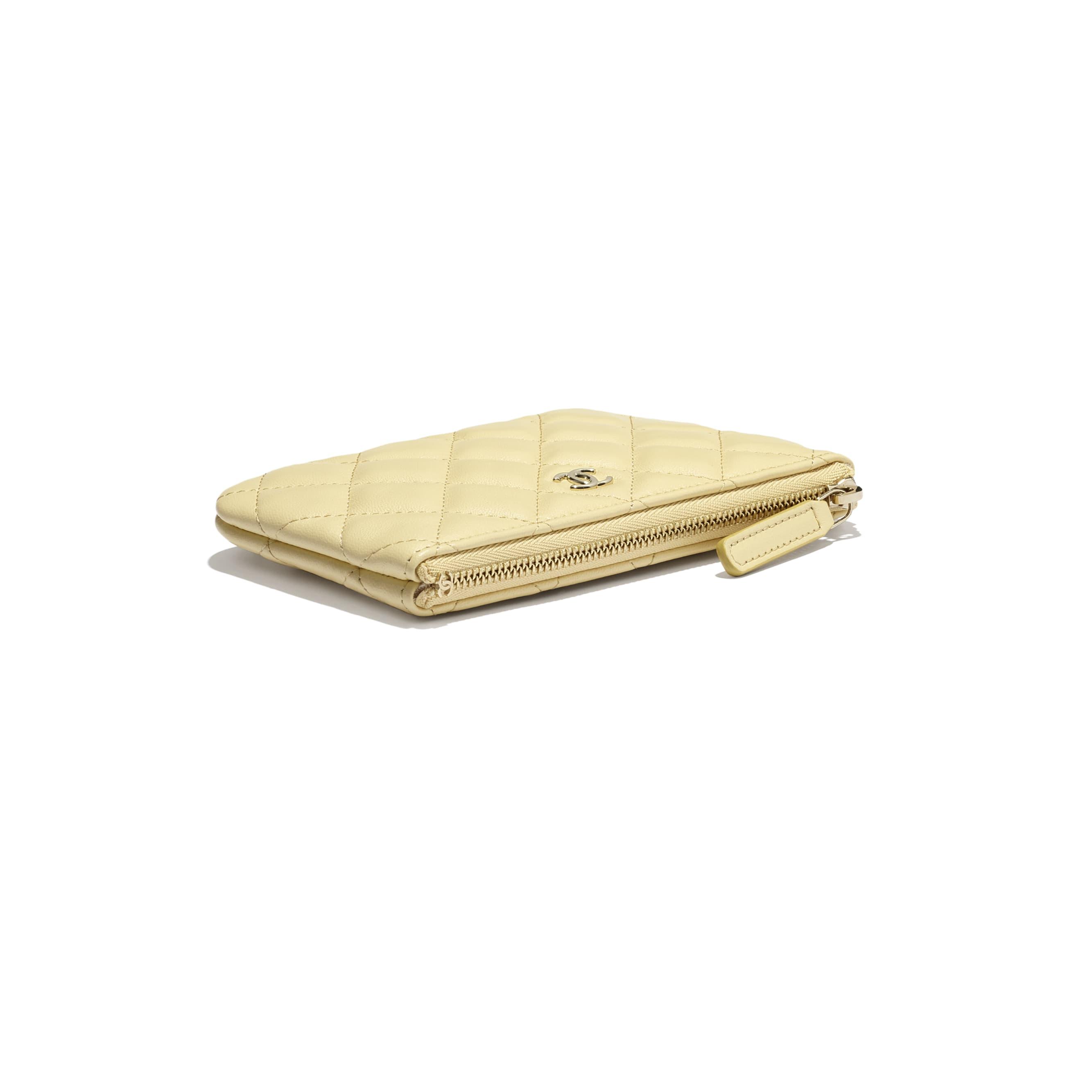 Классический чехол - Желтый - Кожа ягненка и золотистый металл - CHANEL - Дополнительное изображение - посмотреть изображение стандартного размера