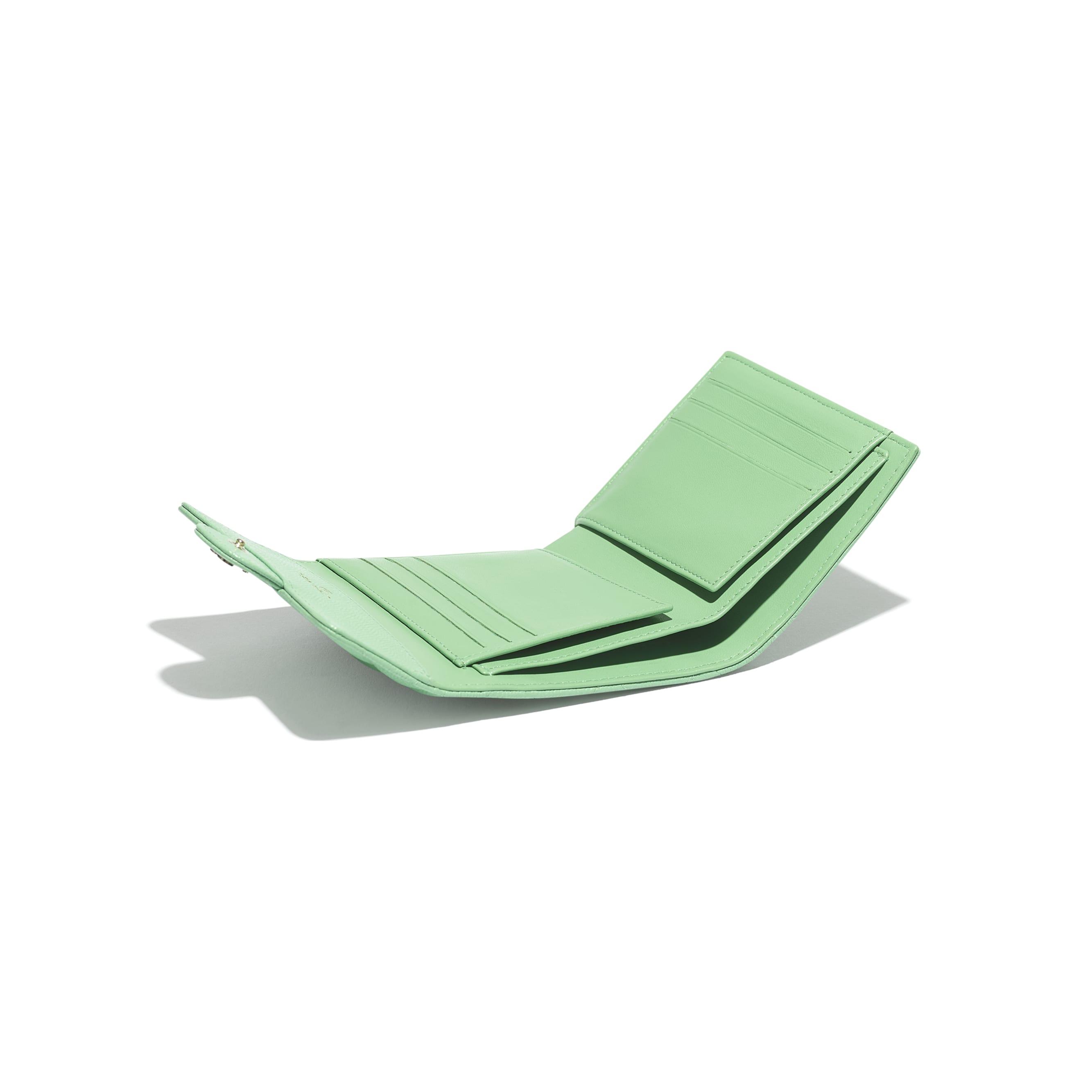 Portafoglio classico piccolo - Verde - Pelle martellata & metallo effetto dorato - CHANEL - Altra immagine - vedere versione standard