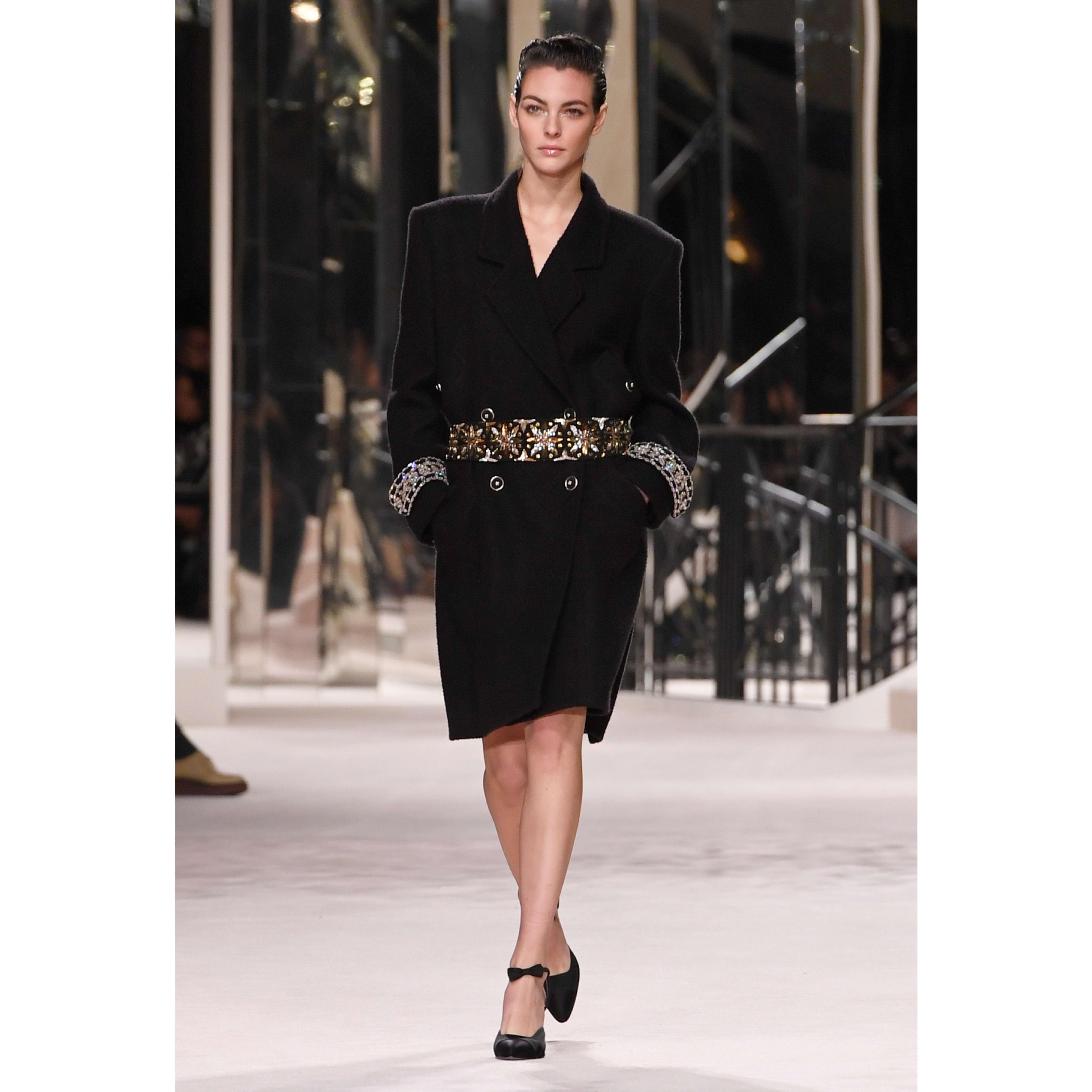 เสื้อโค้ท - สีดำ - ผ้าขนสัตว์ปักประดับและผ้าทวีตผสมแคชเมียร์ - CHANEL - มุมมองปัจจุบัน - ดูเวอร์ชันขนาดมาตรฐาน