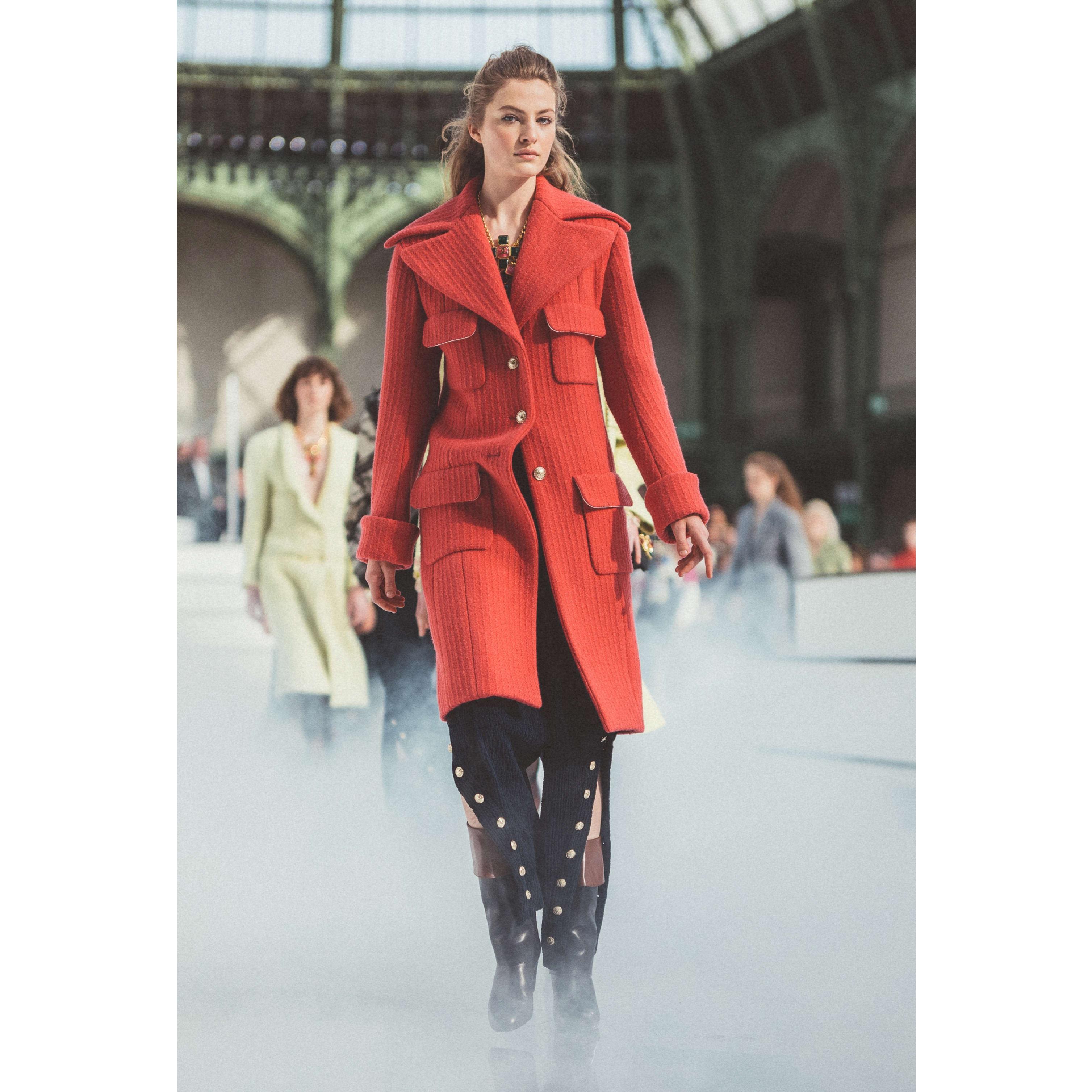 Płaszcz - Kolor malinoworóżowy - Tweed wełniany - CHANEL - Widok domyślny – zobacz w standardowym rozmiarze
