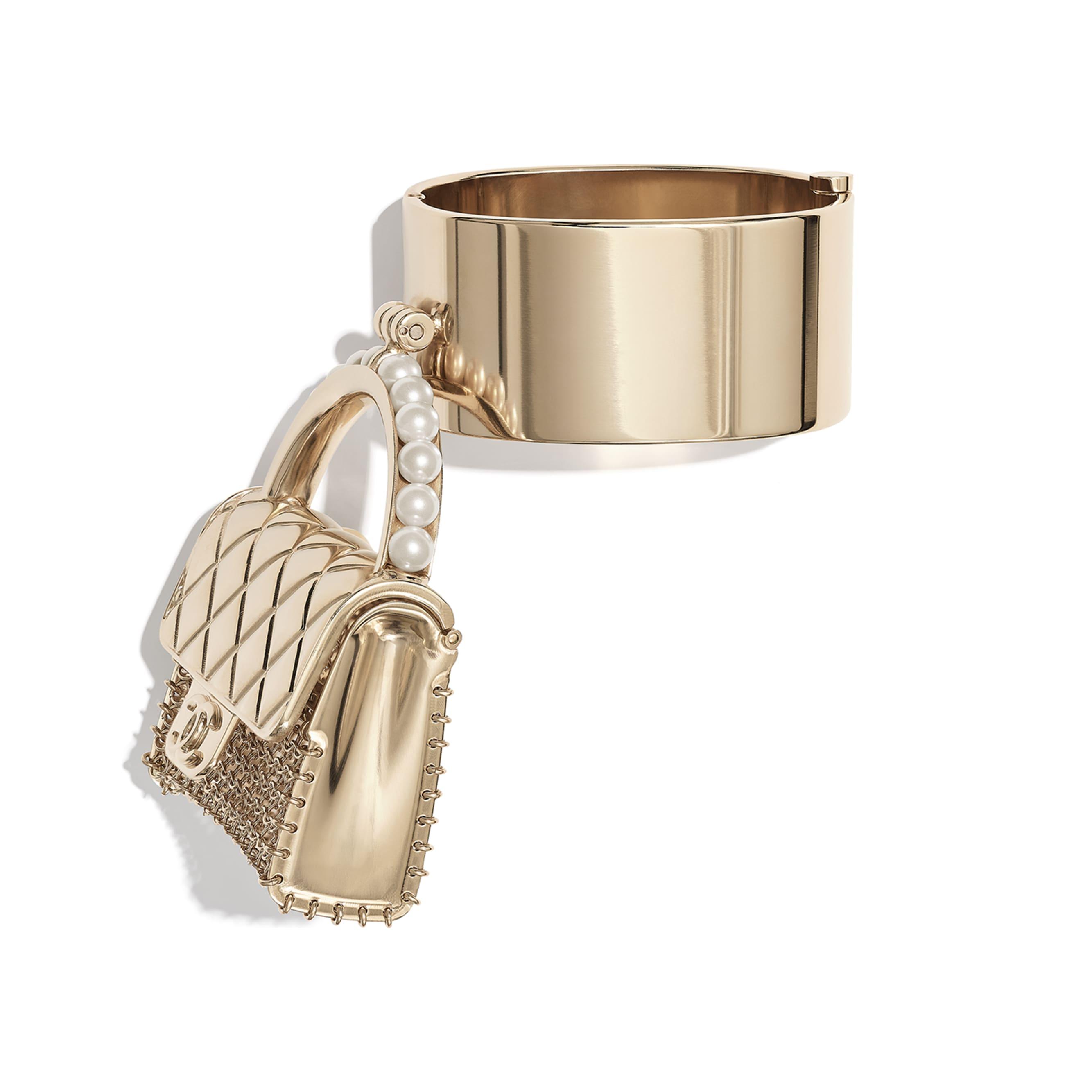 Браслет-манжета - Золотистый и жемчужно-белый - Металл и фантазийный жемчуг - CHANEL - Вид по умолчанию - посмотреть изображение стандартного размера
