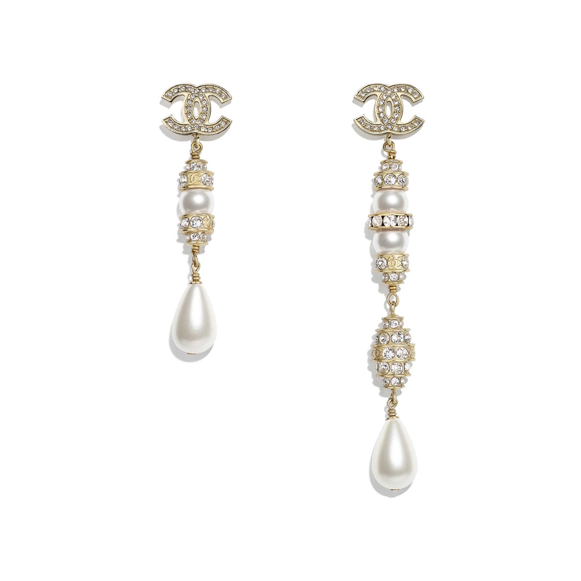 Kolczyki - Kolor złoty, perłowobiały i krystaliczny - Metal, szklane perły, sztuczne perły i stras - CHANEL - Widok domyślny – zobacz w standardowym rozmiarze