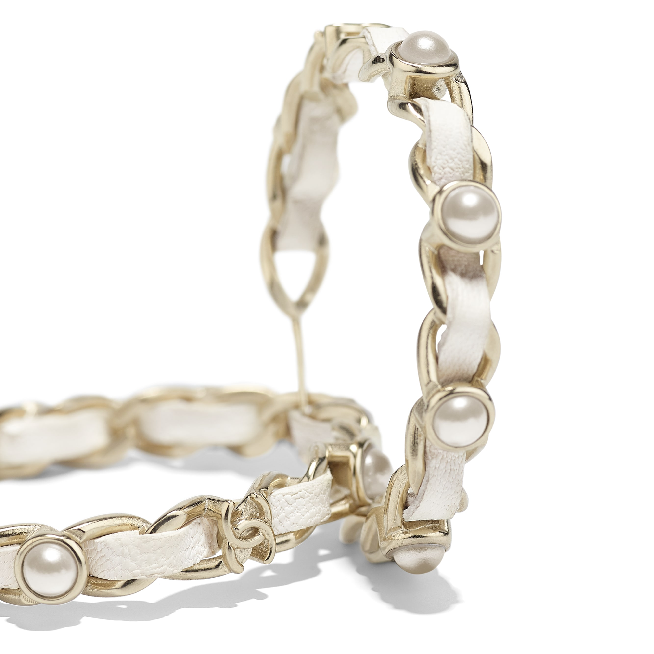 Серьги - Золотистый и белый - Металл, кожа ягненка и фантазийный жемчуг - Альтернативный вид - посмотреть изображение стандартного размера