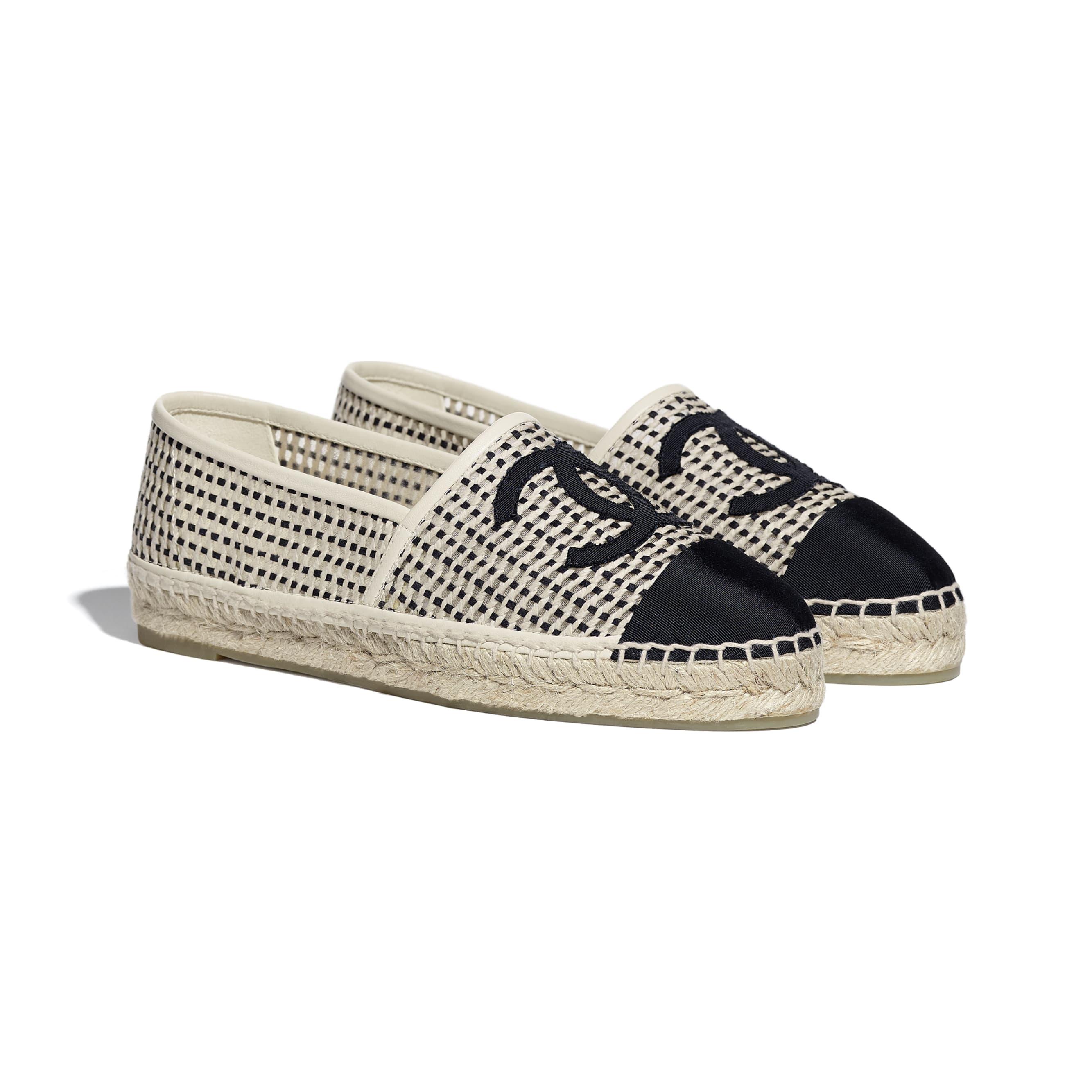 รองเท้าเอสพาดริลล์ - สีเบจและสีดำ - ผ้าตาข่ายและผ้าโกรเกรน - CHANEL - มุมมองทางอื่น - ดูเวอร์ชันขนาดมาตรฐาน