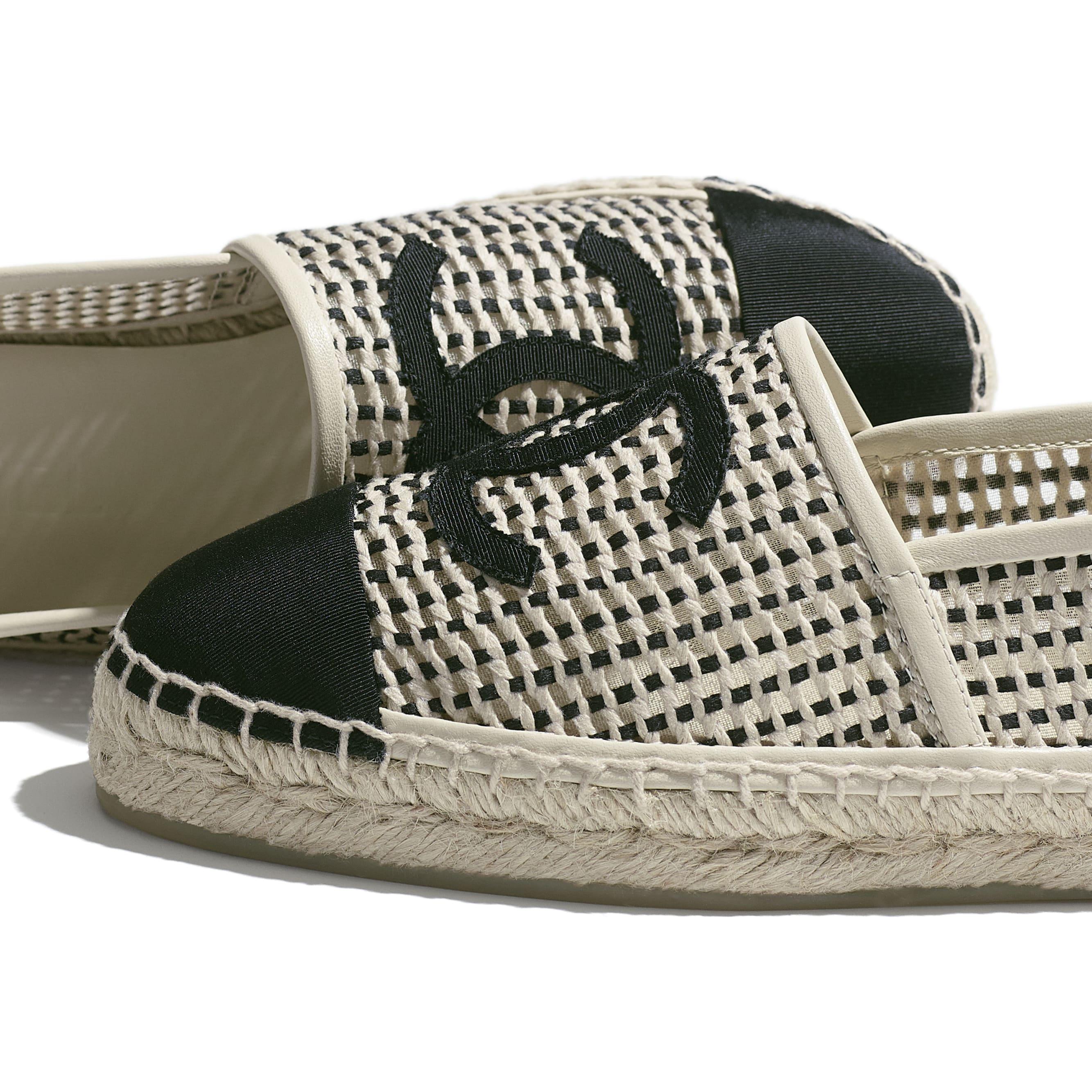 รองเท้าเอสพาดริลล์ - สีเบจและสีดำ - ผ้าตาข่ายและผ้าโกรเกรน - CHANEL - มุมมองพิเศษ - ดูเวอร์ชันขนาดมาตรฐาน