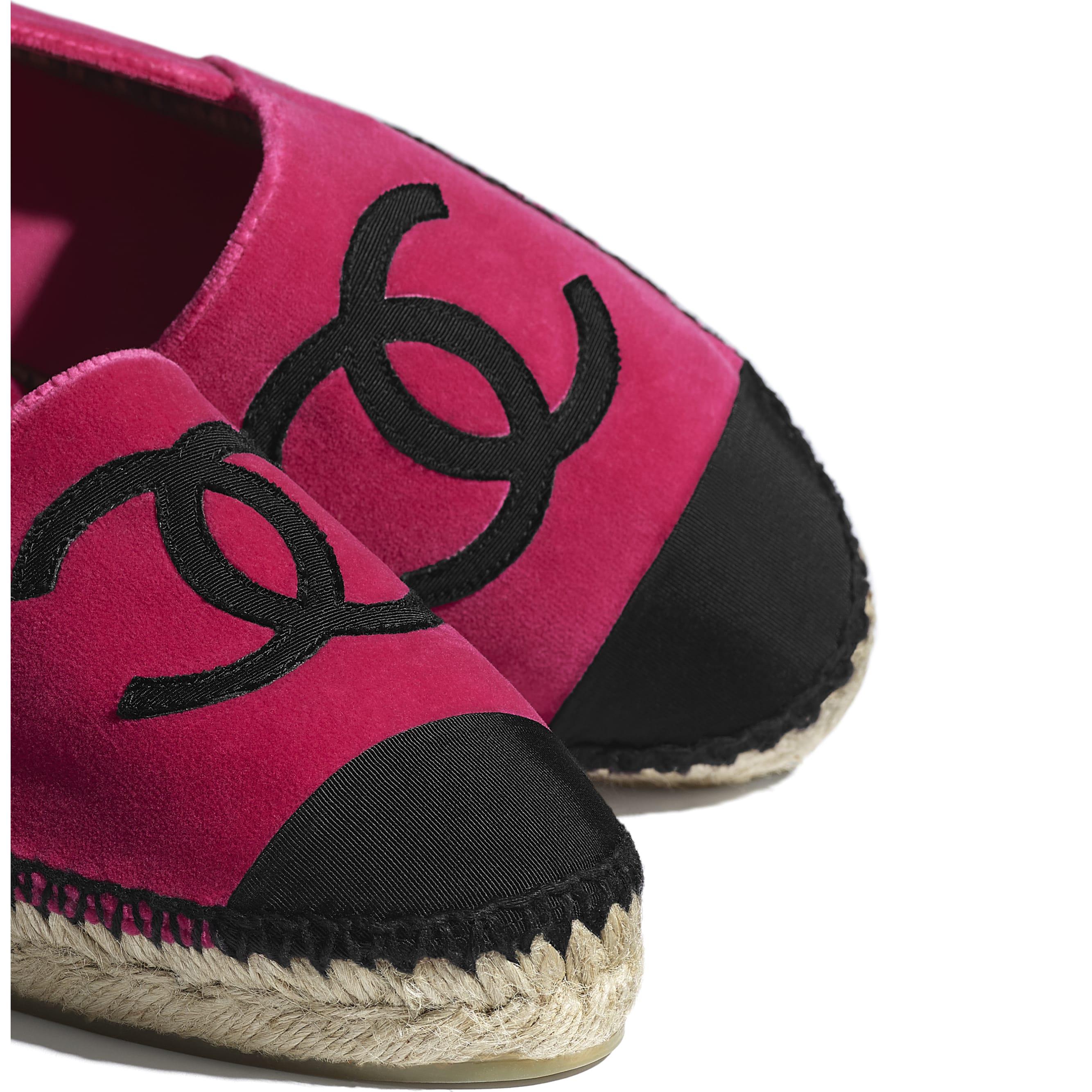 รองเท้าเอสพาดริลล์ - สีชมพูและสีดำ - CHANEL - มุมมองพิเศษ - ดูเวอร์ชันขนาดมาตรฐาน