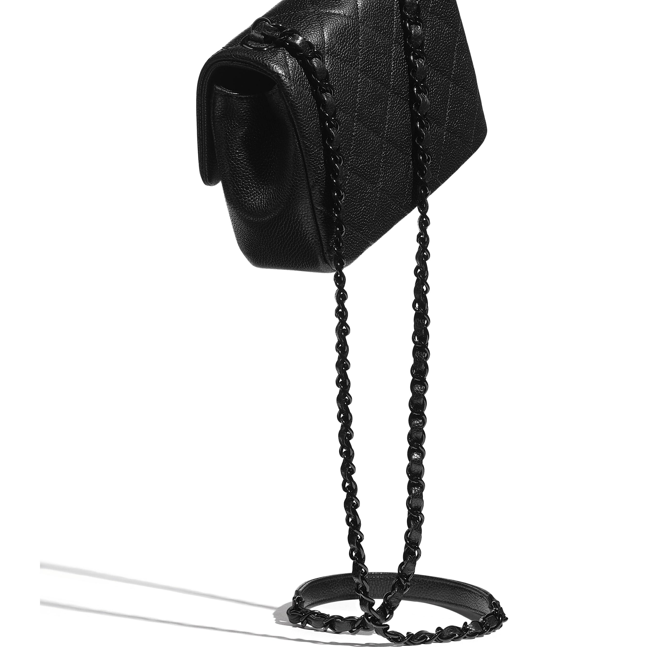 Bolso con solapa - Negro - Piel de ternera granulada y metal lacado - CHANEL - Vista adicional - ver la versión tamaño estándar
