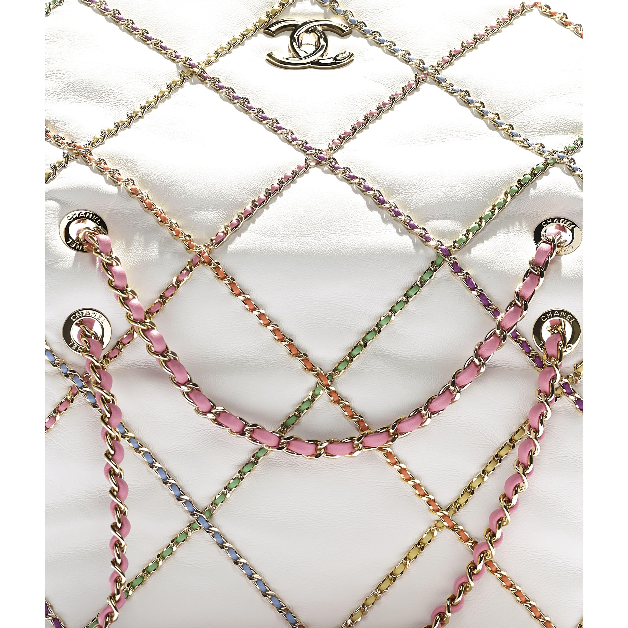 Torba z klapką - Kolor biały i wielobarwny  - Skóra jagnięca i złoty metal - CHANEL - Dodatkowy widok – zobacz w standardowym rozmiarze