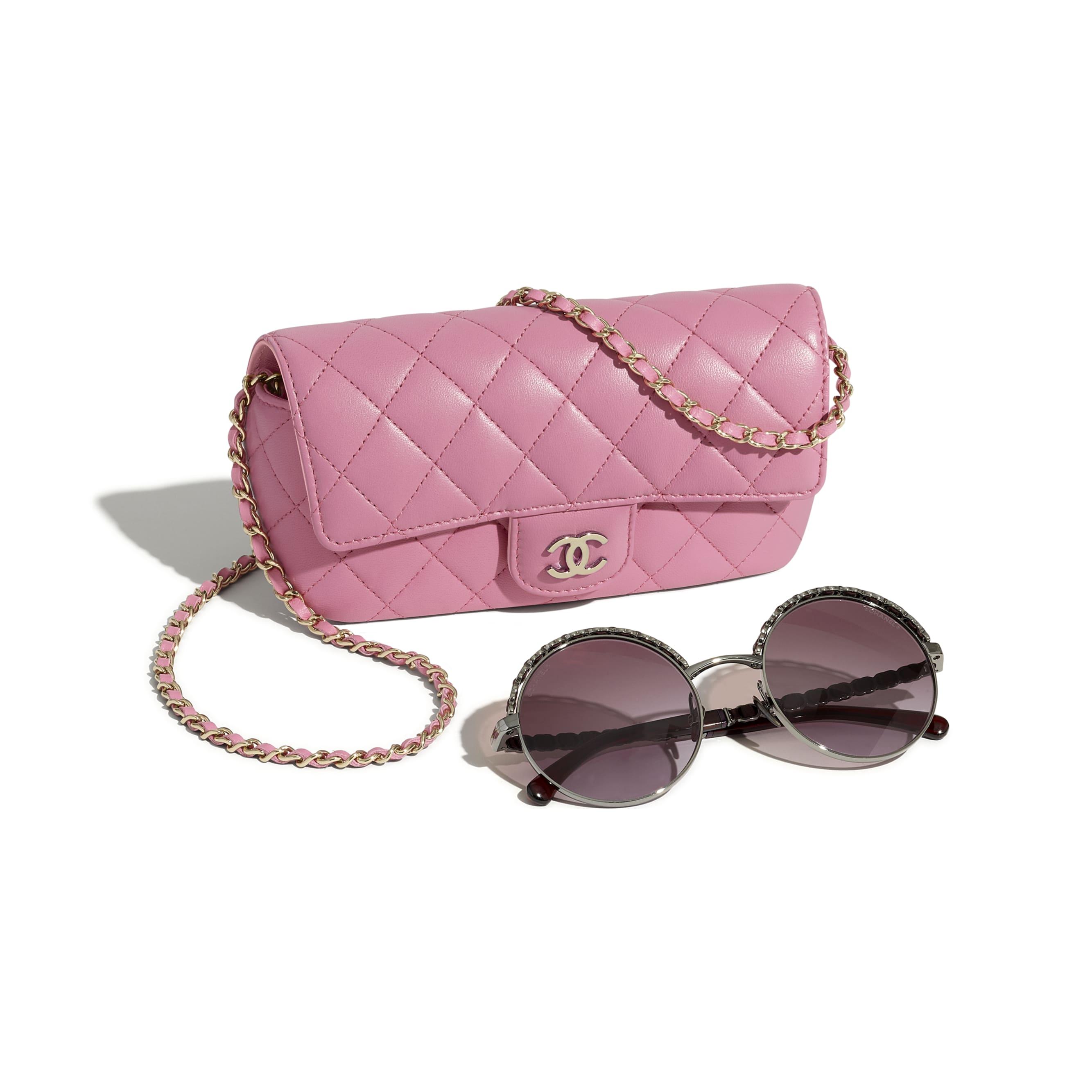 經典鍊子眼鏡包 - 粉紅 - 小羊皮與金色金屬 - CHANEL - 額外視圖 - 查看標準尺寸版本