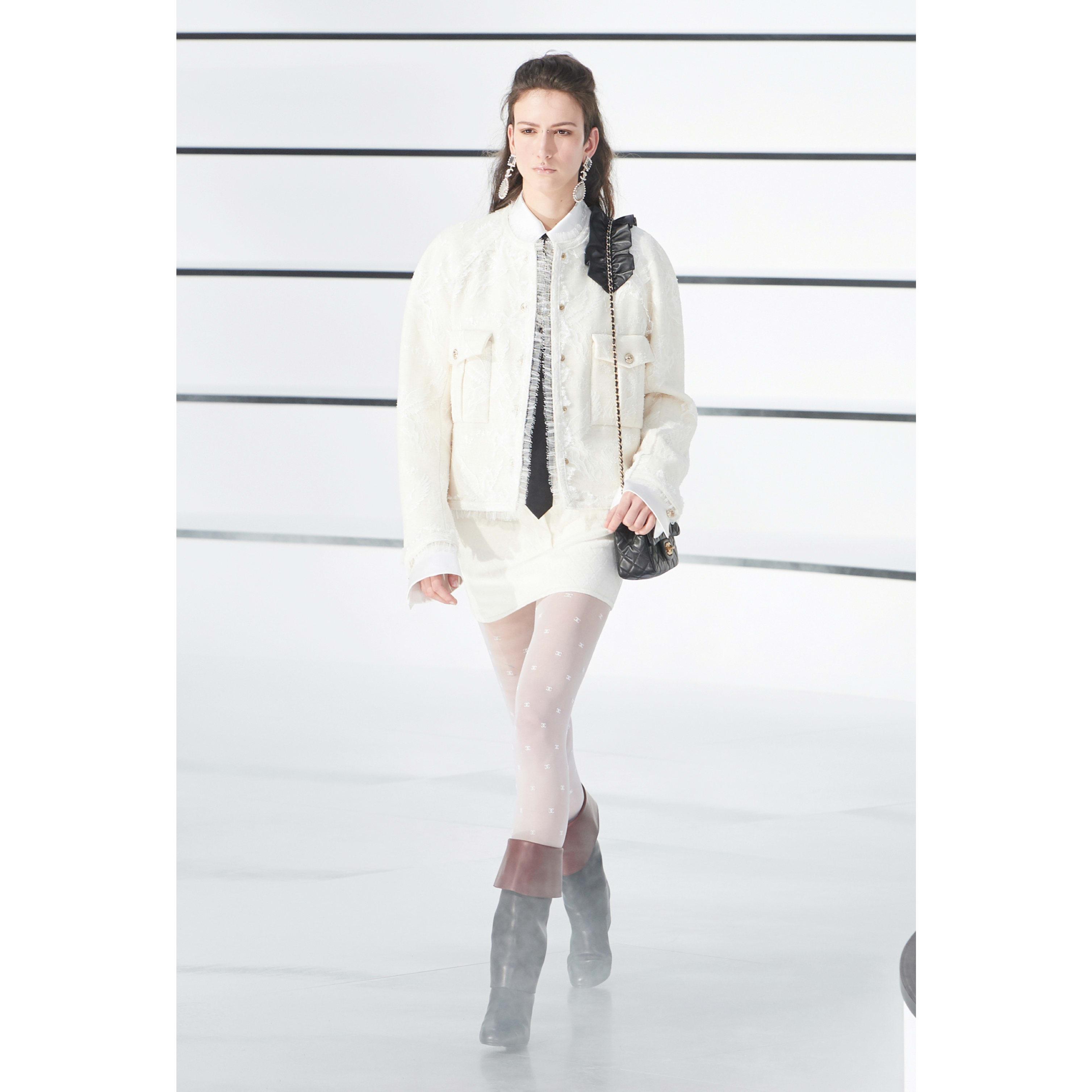 เสื้อแจ็คเก็ต - สีขาว - ผ้าลูกไม้ - CHANEL - มุมมองปัจจุบัน - ดูเวอร์ชันขนาดมาตรฐาน