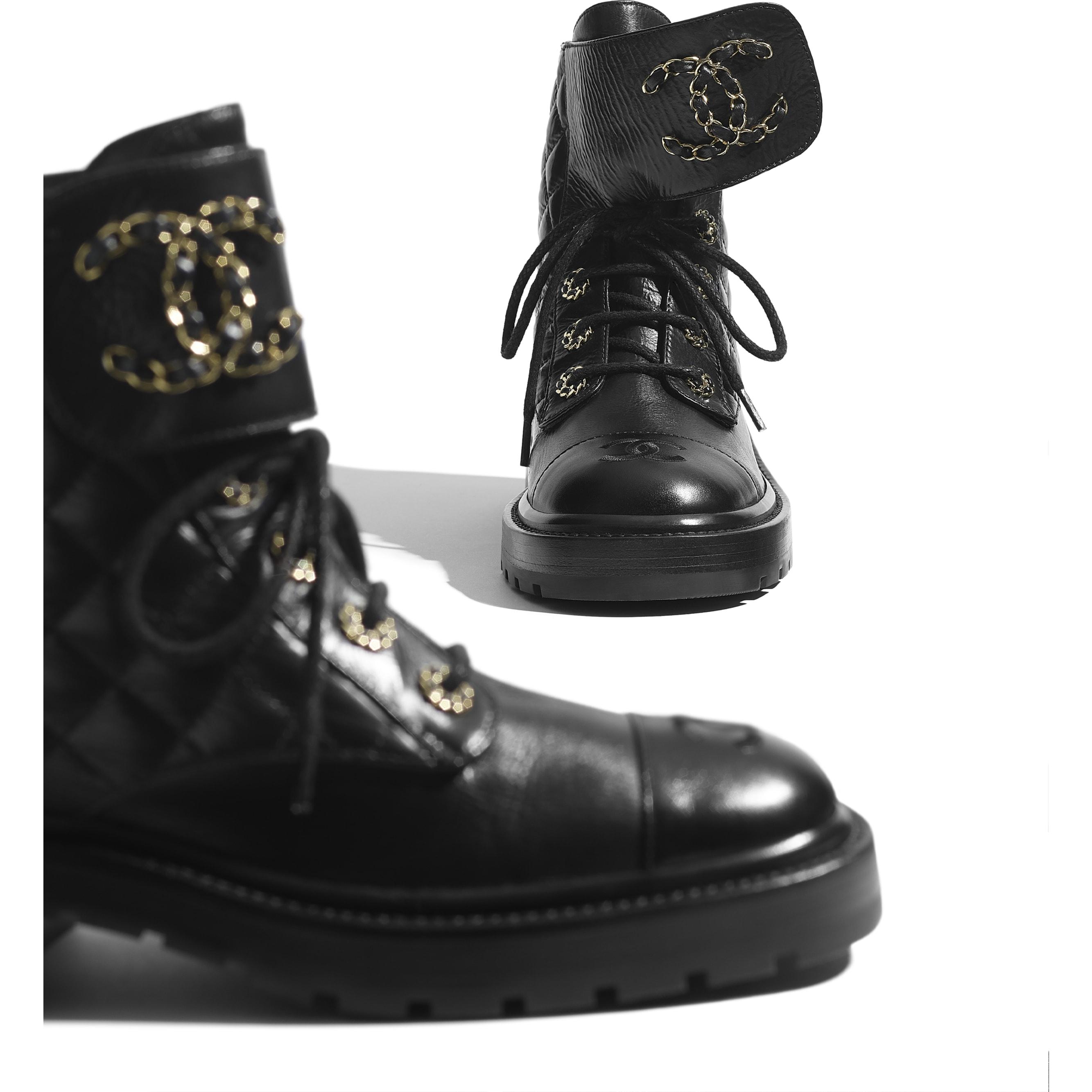 Ботинки на шнуровке - Черный - Блестящая кожа козы и кожа теленка - CHANEL - Дополнительное изображение - посмотреть изображение стандартного размера