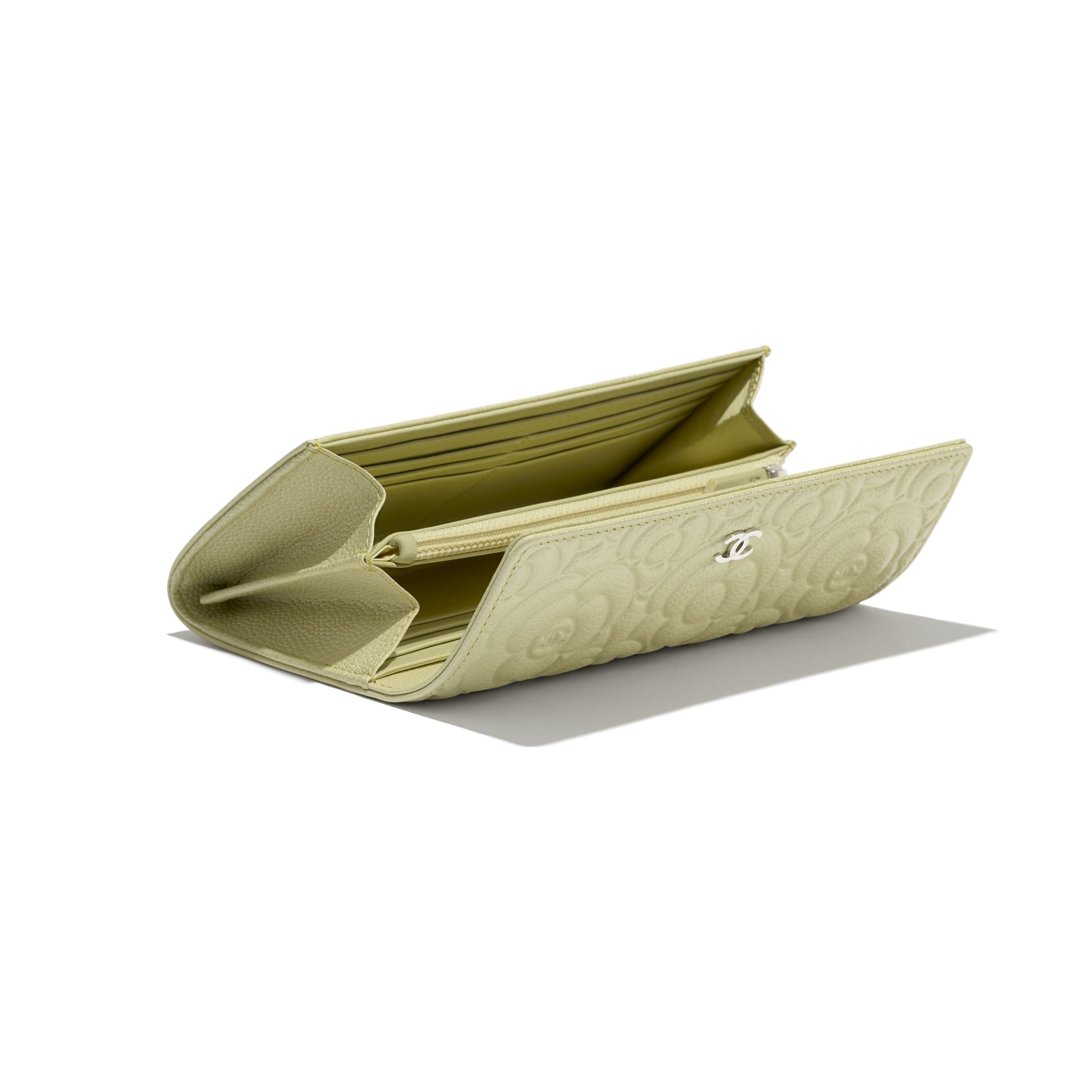 Long portefeuille à rabat - Vert - Veau grainé & métal argenté - CHANEL - Vue supplémentaire - voir la version taille standard