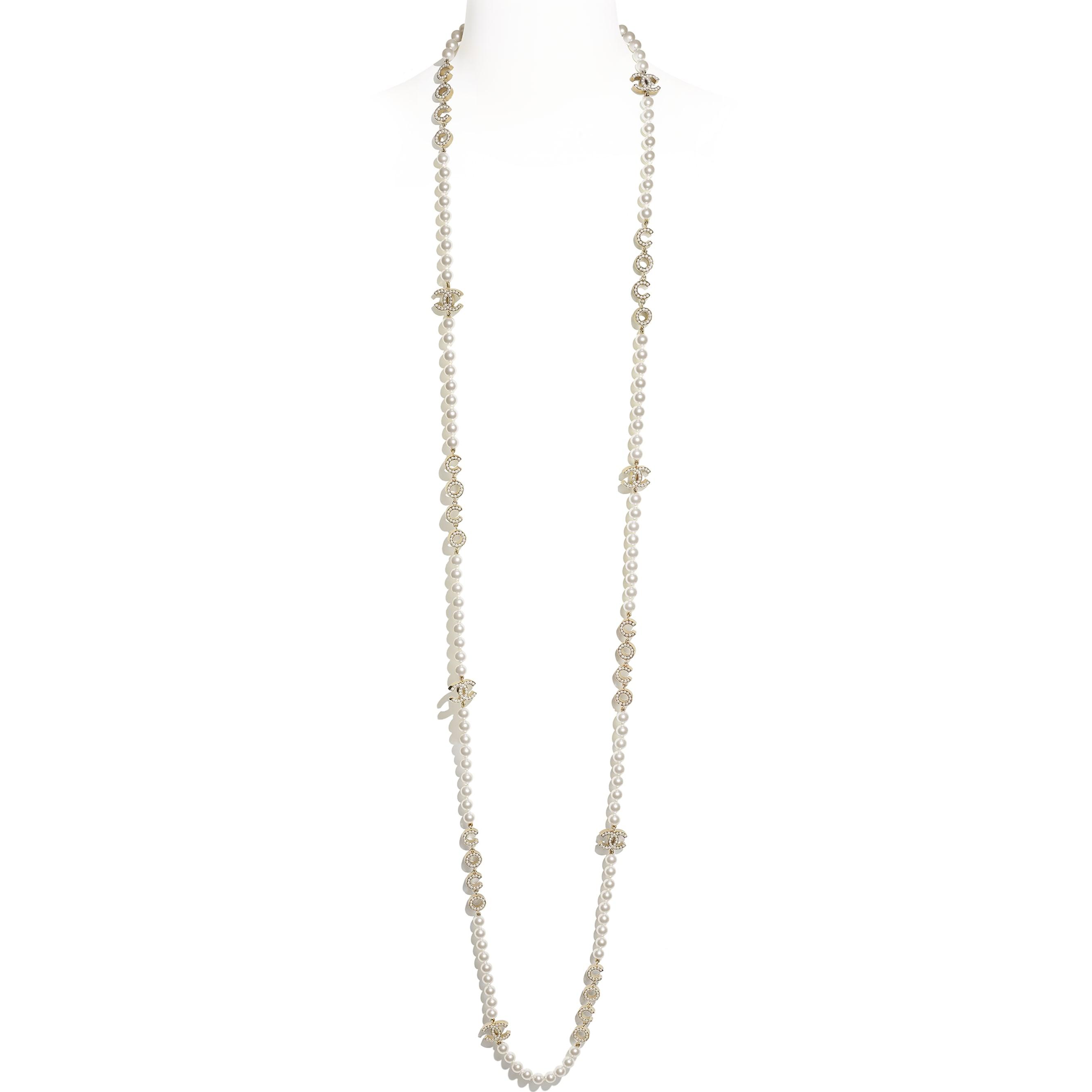 Długi naszyjnik - Kolor złoty i perłowobiały - Metal i szklane perły - CHANEL - Widok domyślny – zobacz w standardowym rozmiarze