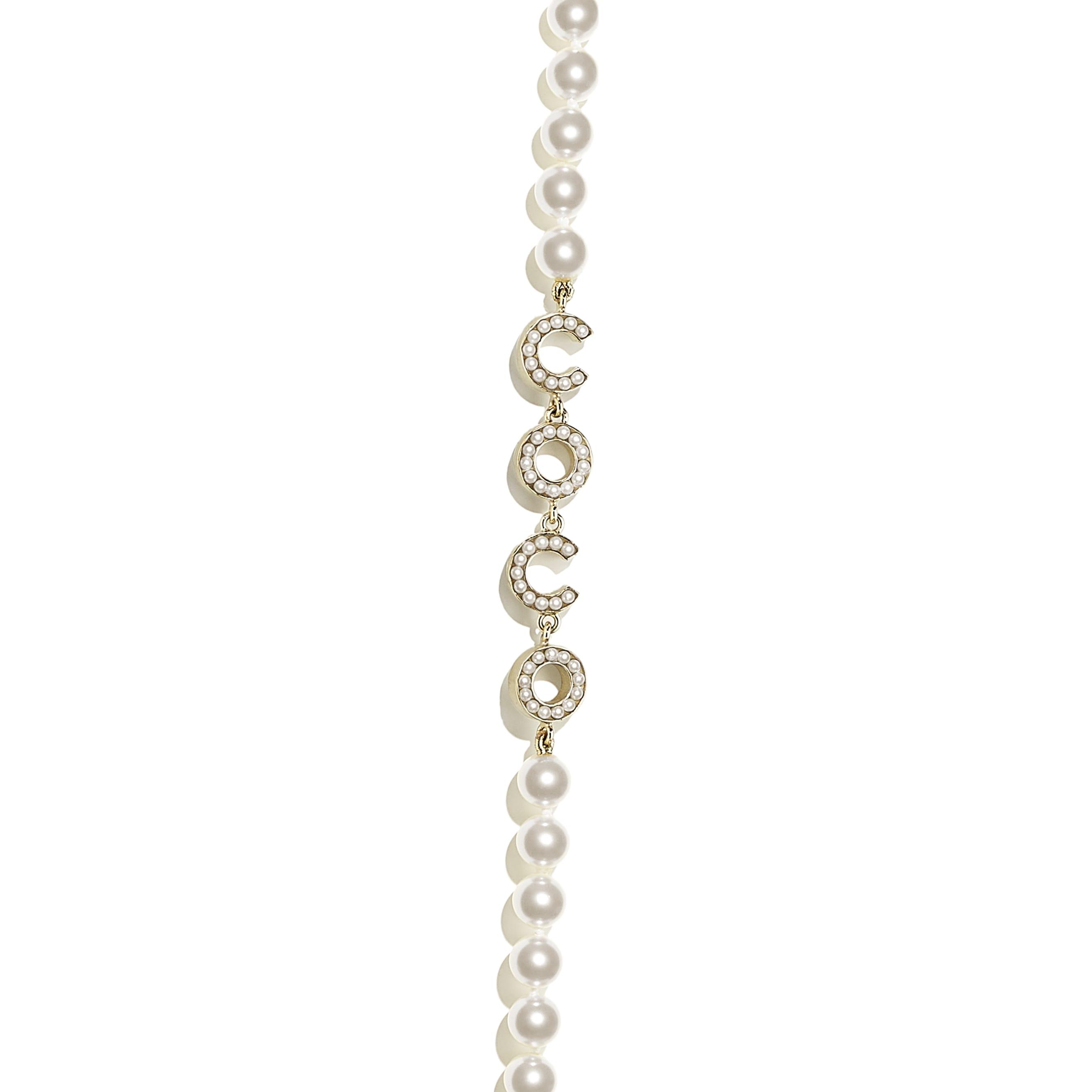 Długi naszyjnik - Kolor złoty i perłowobiały - Metal i szklane perły - CHANEL - Inny widok – zobacz w standardowym rozmiarze