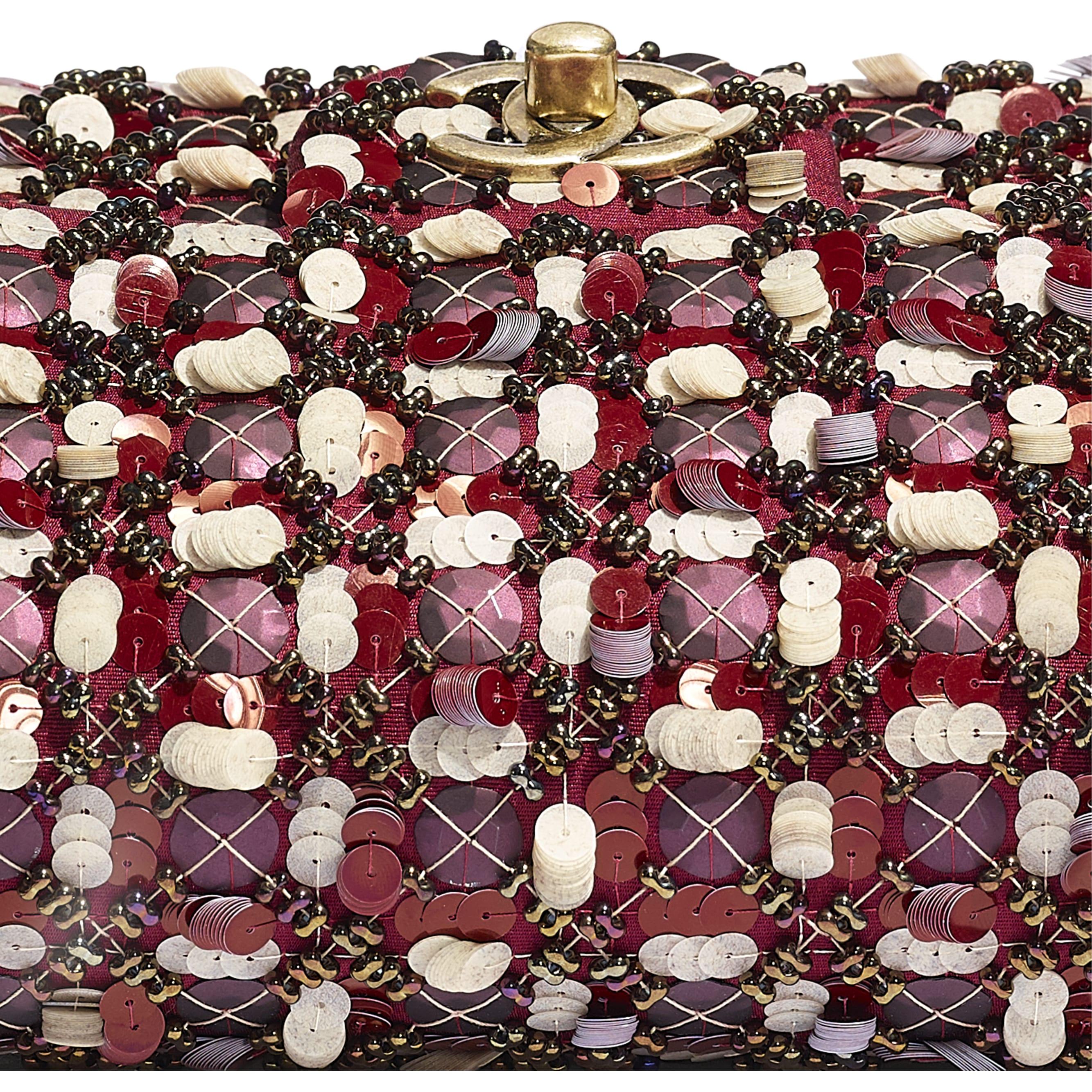 Torebka z klapką wersja mini - Kolor bordowy, różowy i biały - Satyna, cekiny, szklane perły i metal w tonacji złotej  - CHANEL - Dodatkowy widok – zobacz w standardowym rozmiarze