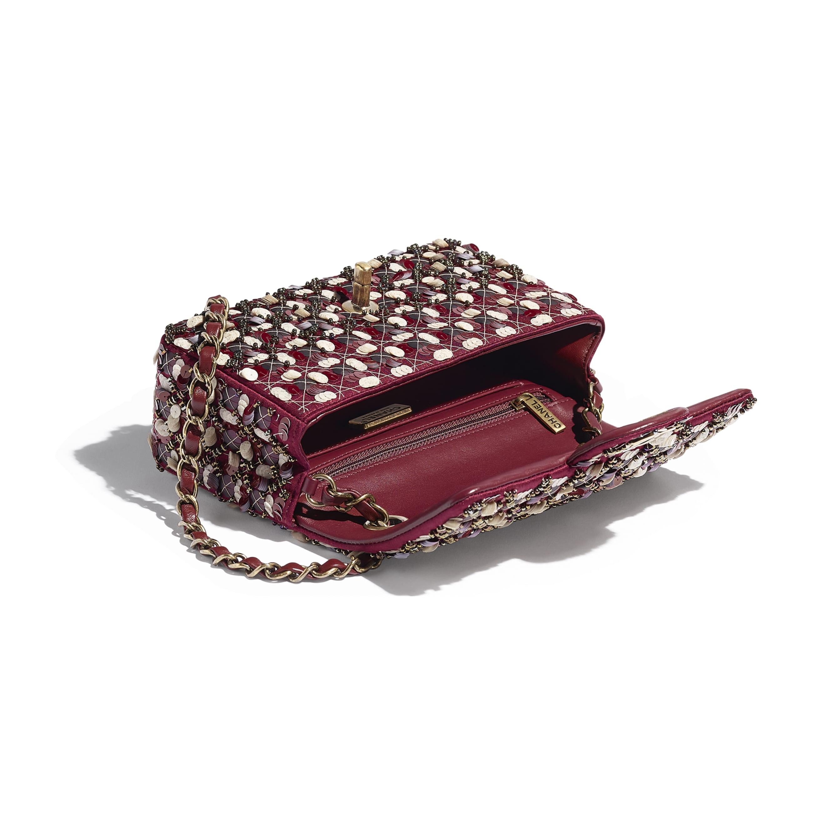 Torebka z klapką wersja mini - Kolor bordowy, różowy i biały - Satyna, cekiny, szklane perły i metal w tonacji złotej  - CHANEL - Inny widok – zobacz w standardowym rozmiarze