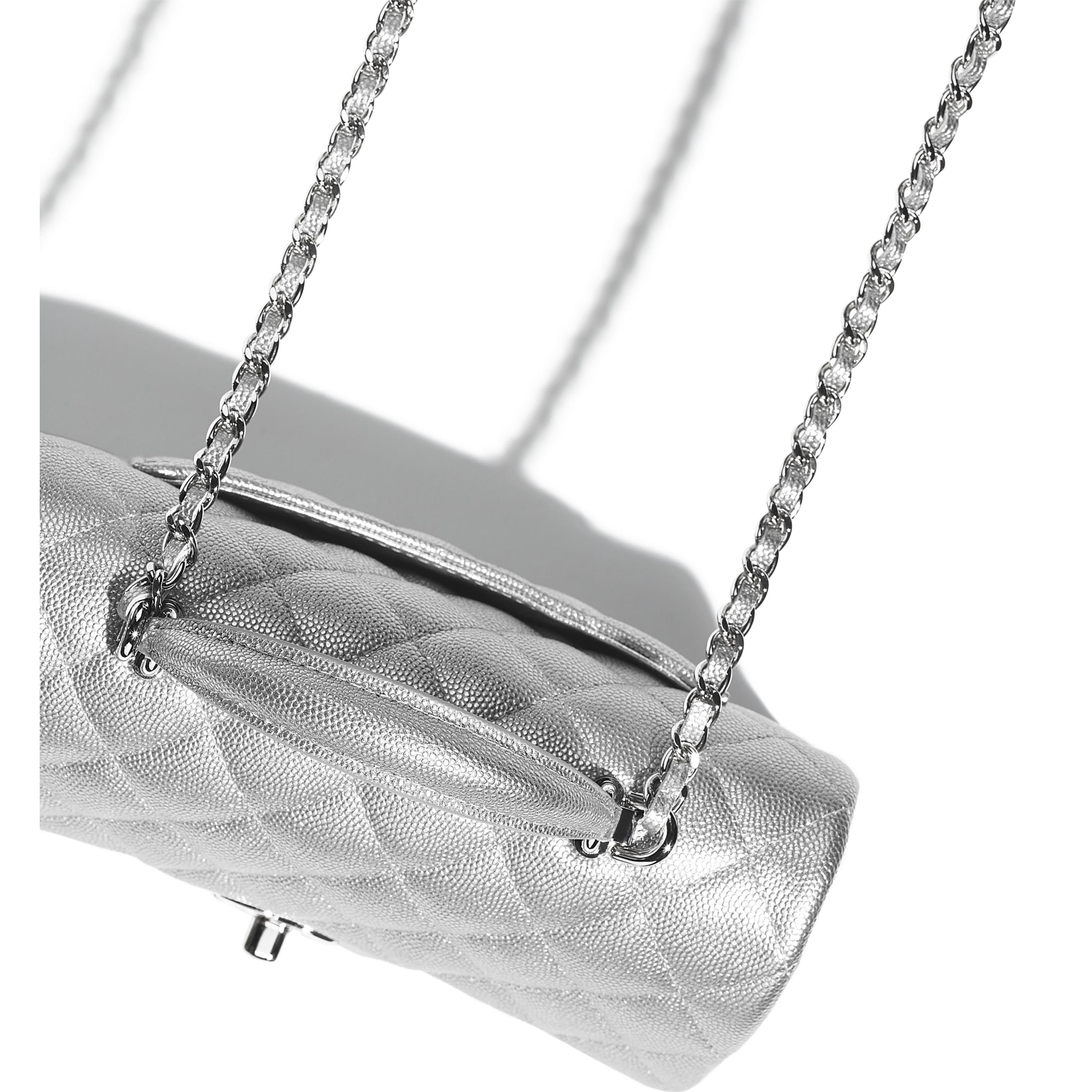 Bolso pequeño con solapa y asa de mano - Plateado - Piel de ternera granulada metalizada y metal plateado - CHANEL - Vista adicional - ver la versión tamaño estándar