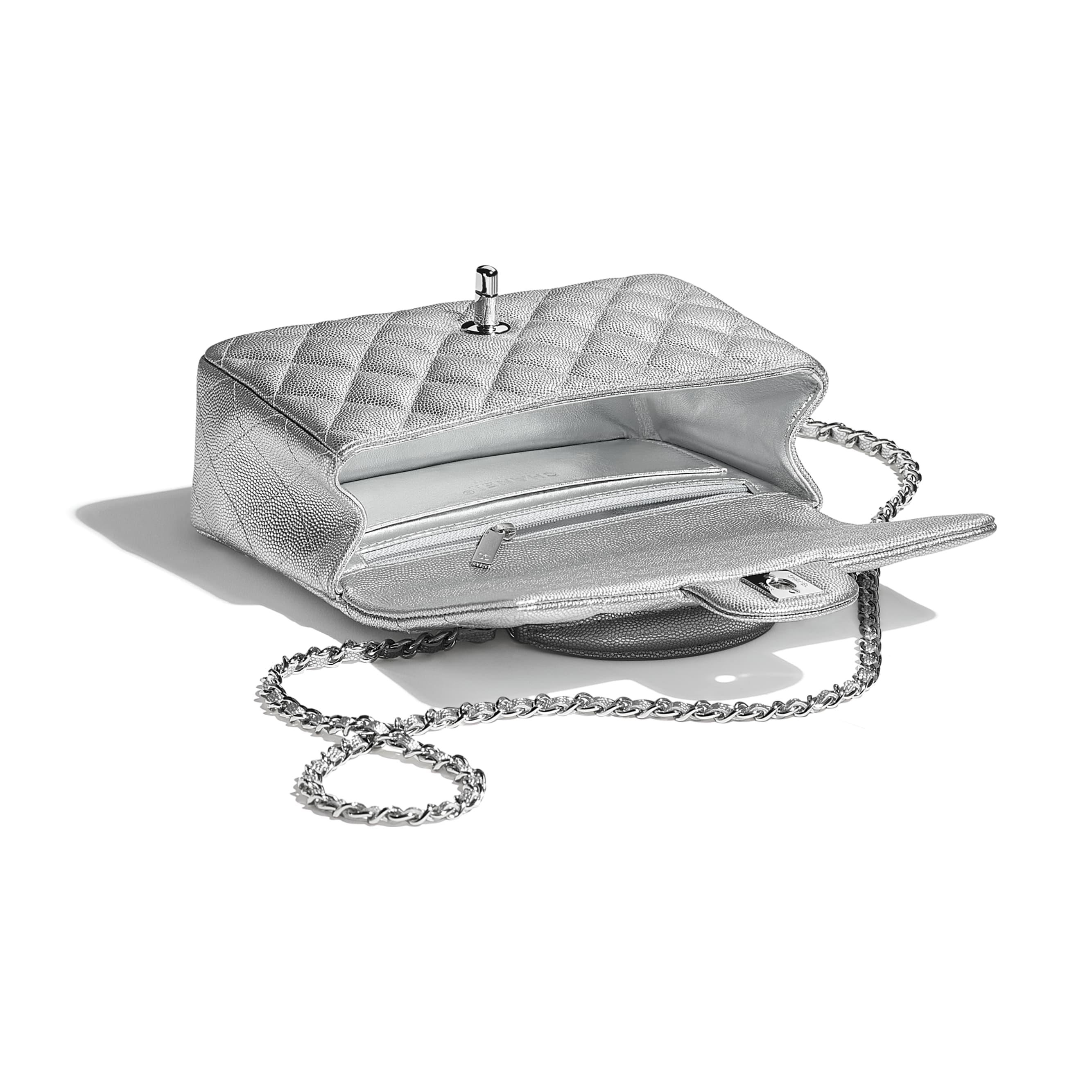 Bolso pequeño con solapa y asa de mano - Plateado - Piel de ternera granulada metalizada y metal plateado - CHANEL - Otra vista - ver la versión tamaño estándar