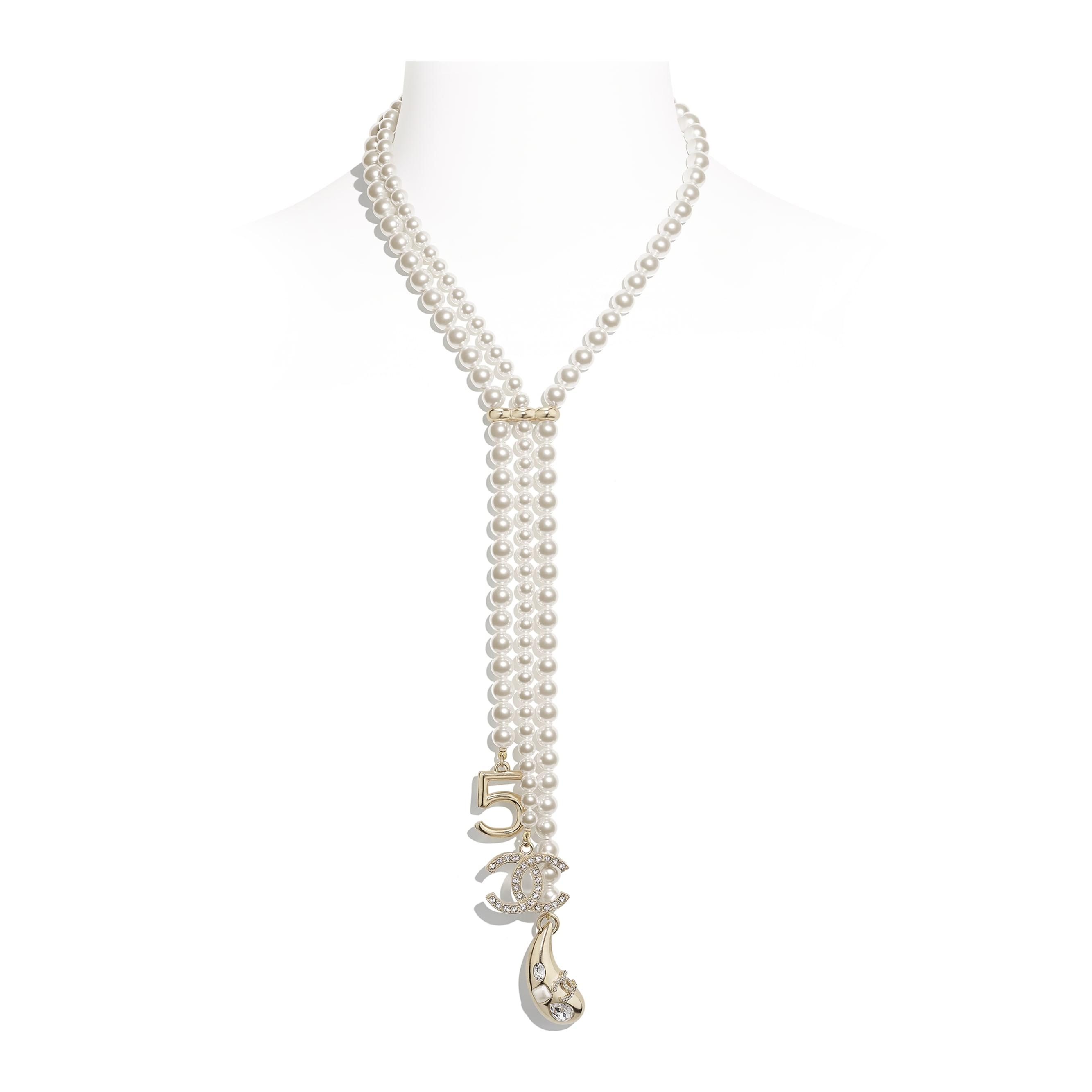 Naszyjnik - Kolor złoty, perłowobiały i krystaliczny - Metal, szklane perły, szkło i stras - CHANEL - Widok domyślny – zobacz w standardowym rozmiarze