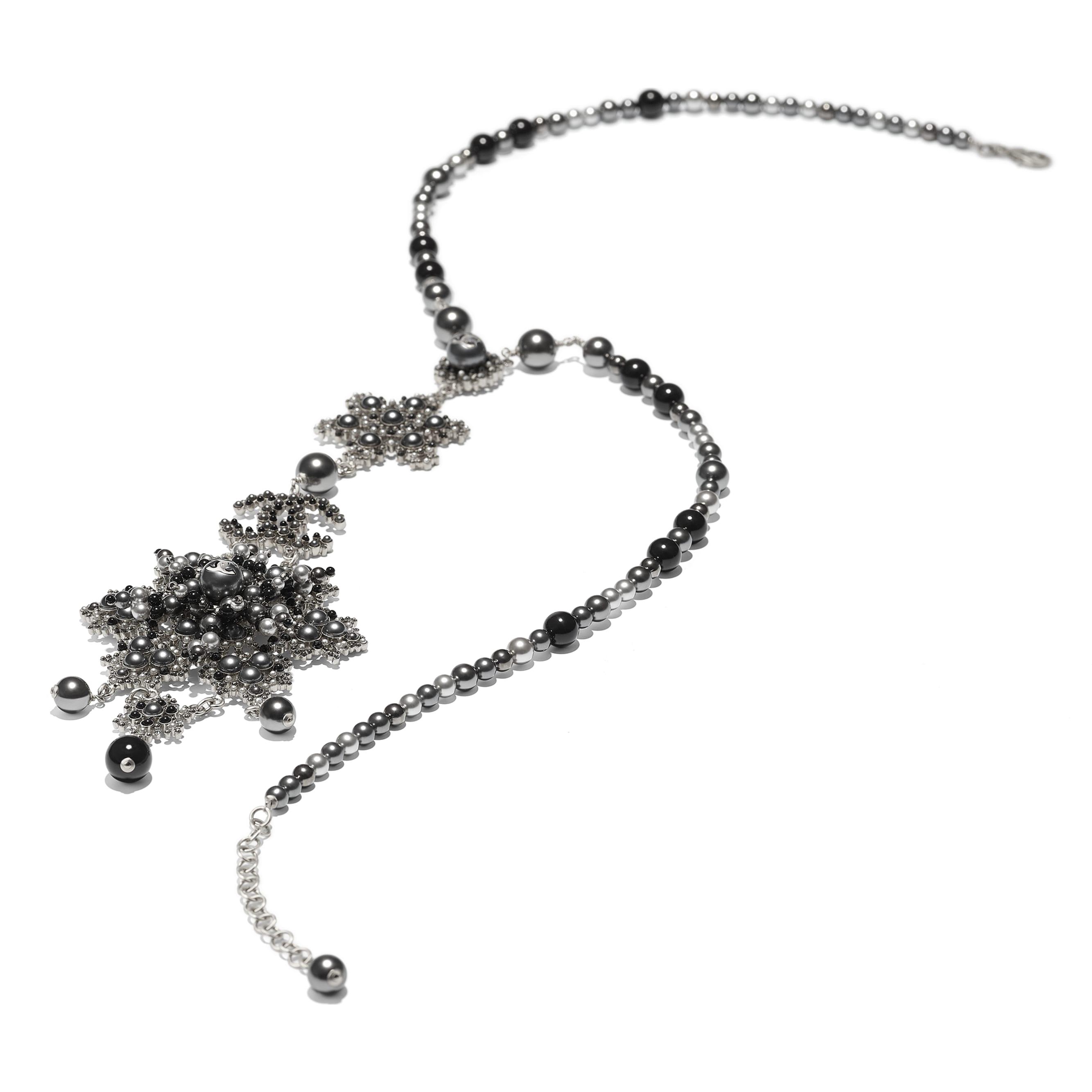 Колье - Серебристый, черный и серый - Металл, жемчуг и стразы - Альтернативный вид - посмотреть изображение стандартного размера