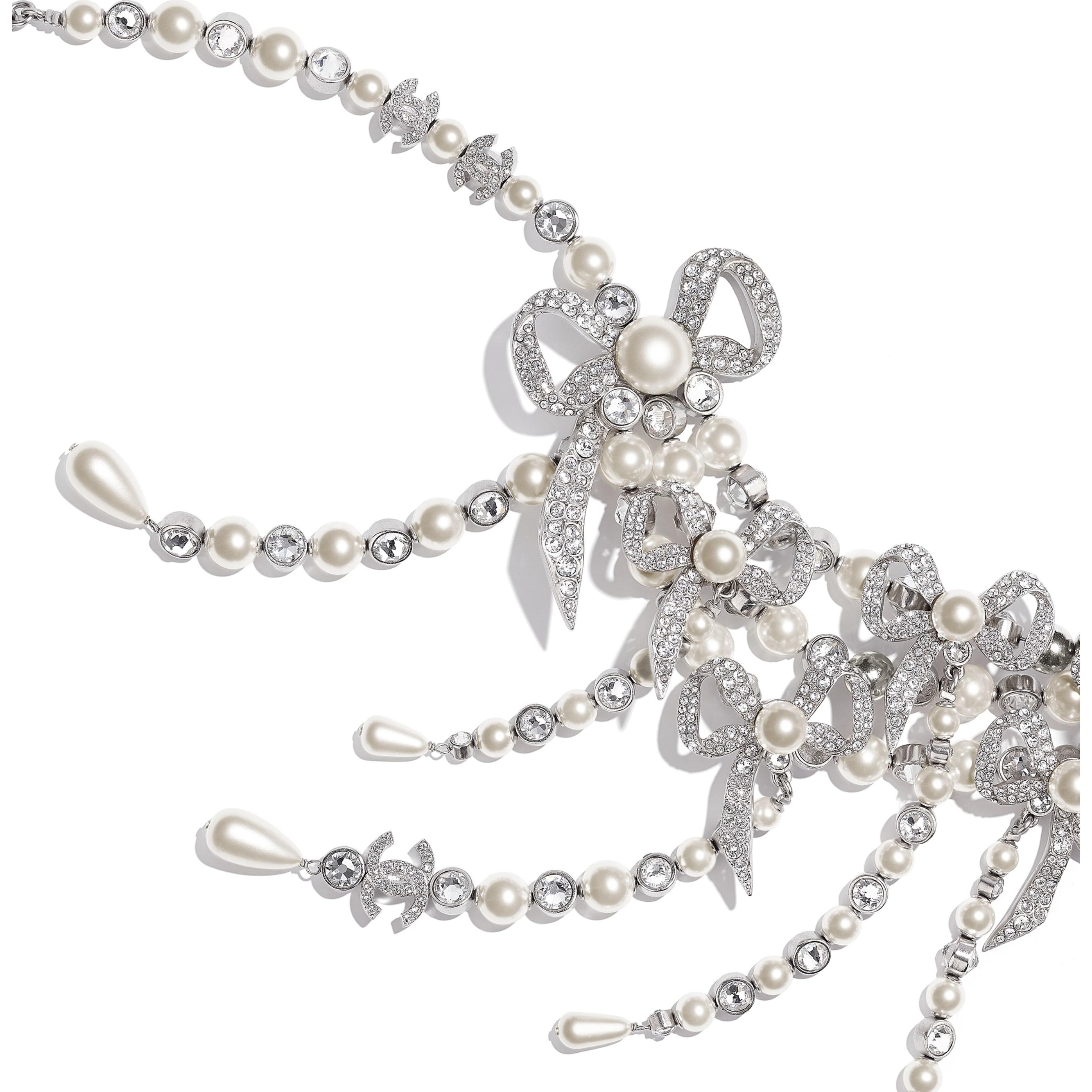 Collier - Argenté, blanc nacré & cristal - Métal, perles de verre & strass - CHANEL - Vue alternative - voir la version taille standard