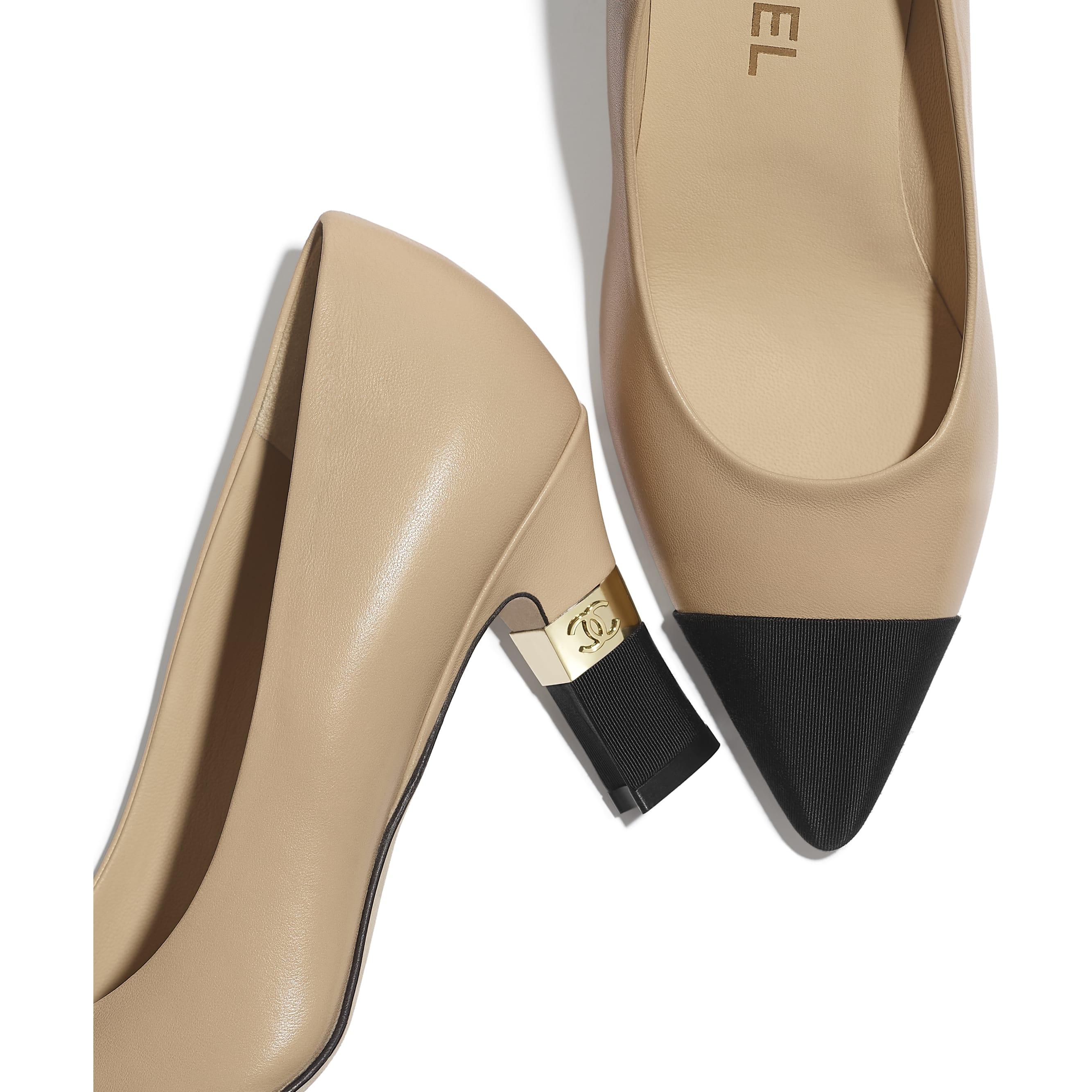 รองเท้าส้นสูงหุ้มส้น - สีเบจและสีดำ - หนังแกะและผ้าโกรเกรน - มุมมองพิเศษ - ดูเวอร์ชันขนาดมาตรฐาน