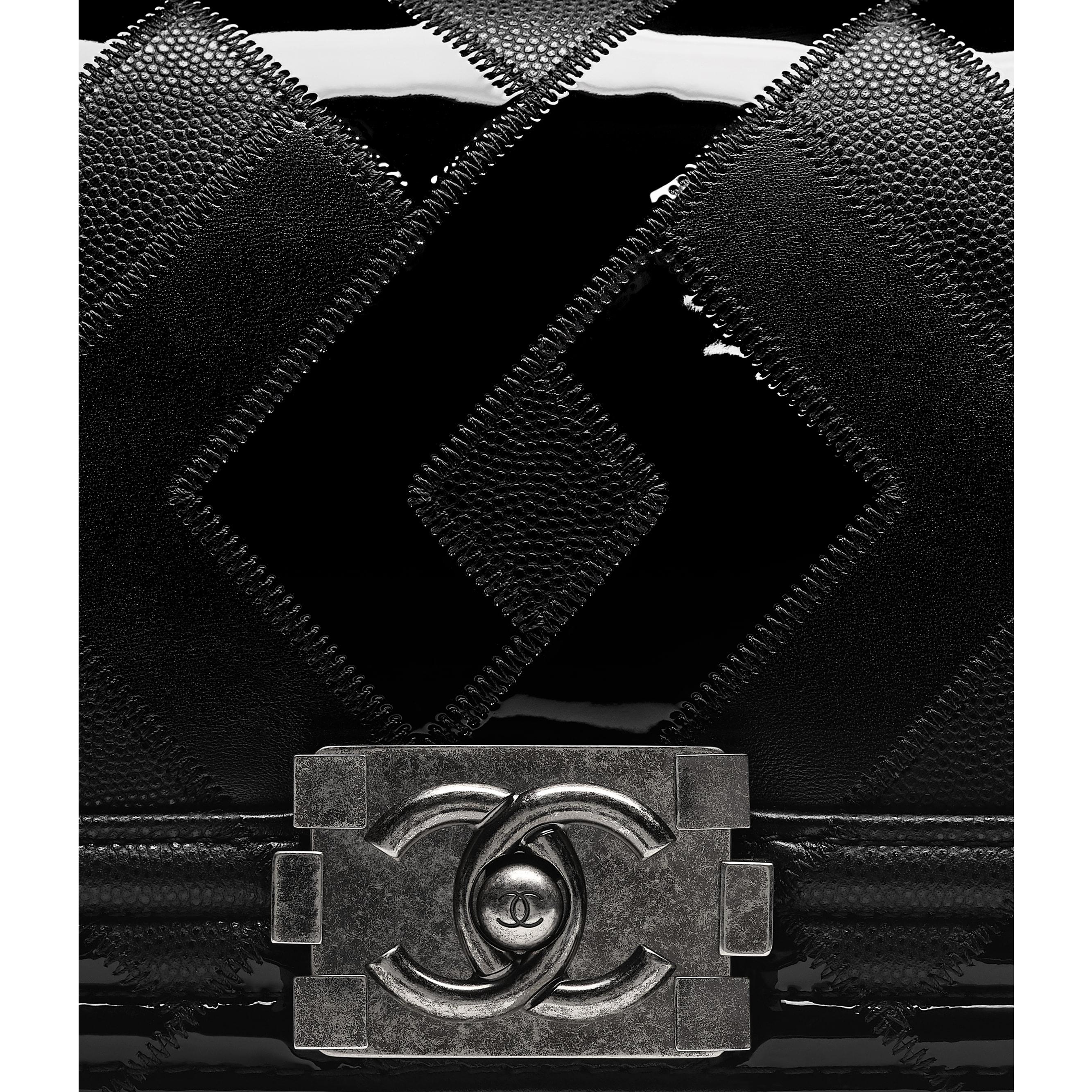 Mała torebka BOY CHANEL - Kolor czarny - Skóra cielęca, patentowa skóra cielęca, skóra cielęca o ziarnistej fakturze i metal z rutenowym wykończeniem      - Dodatkowy widok – zobacz w standardowym rozmiarze