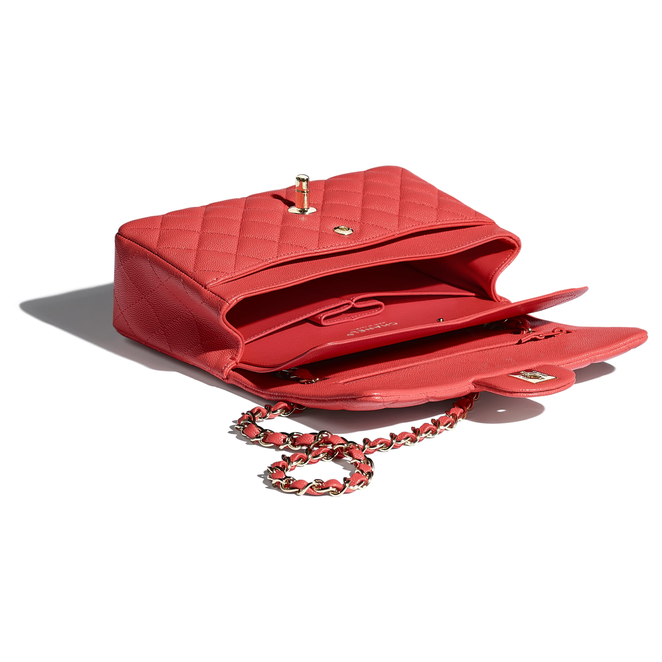 Mała klasyczna torebka - Kolor czerwony - Skóra cielęca o ziarnistej fakturze i metal w tonacji złotej - CHANEL - Inny widok – zobacz w standardowym rozmiarze
